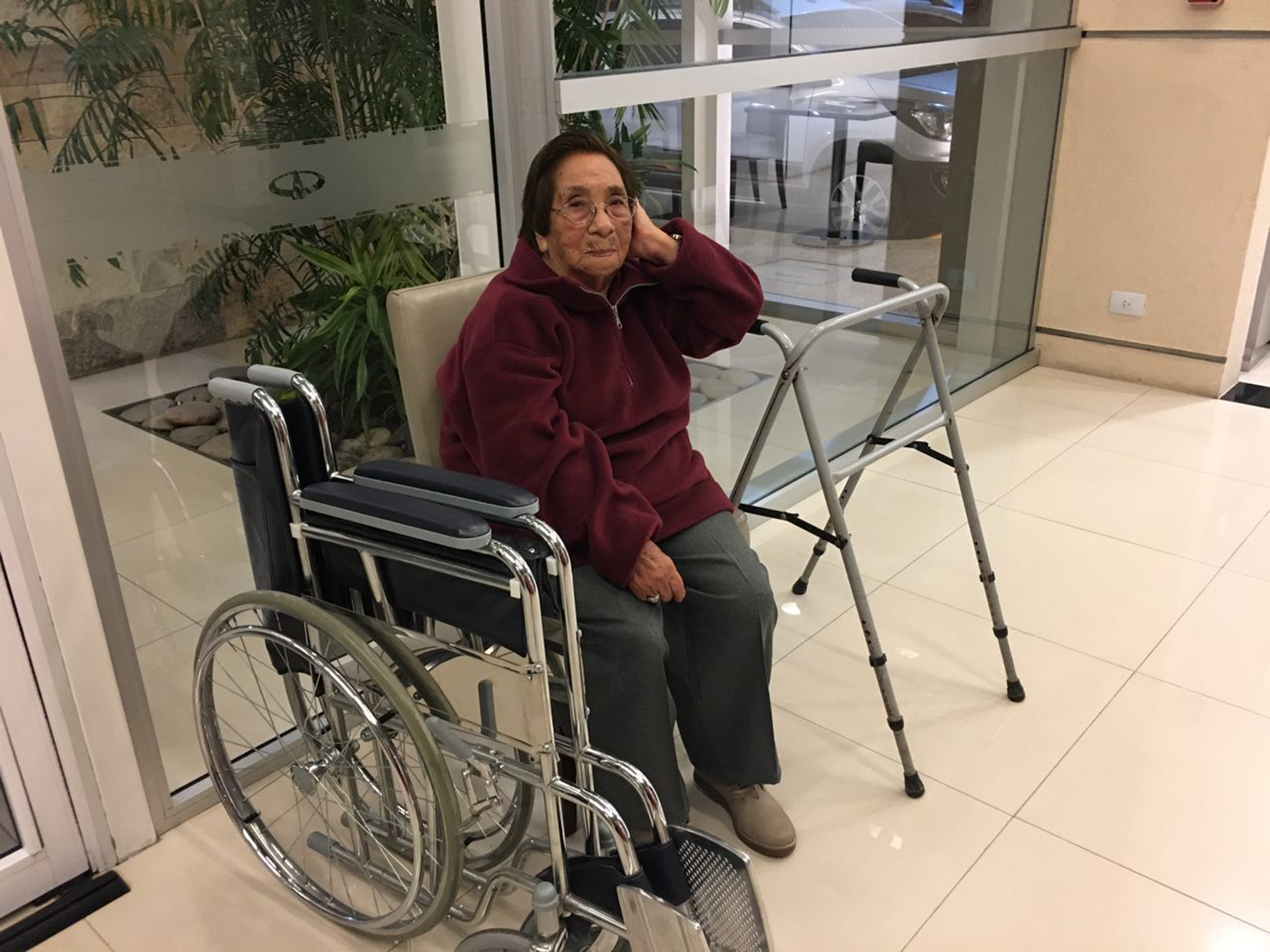 La madre del soldado Manuel Zelarrayán espera para abordar