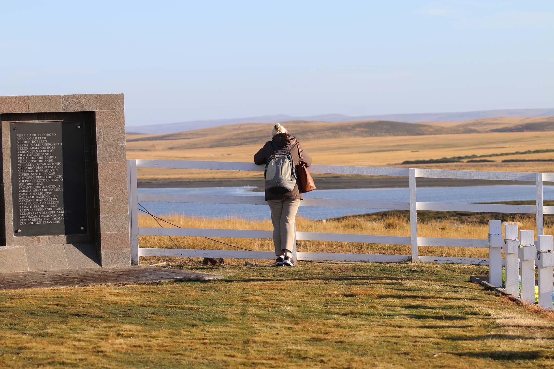 """Fue un día de sol en Malvinas, casi sin viento, pero la soledad de la colina donde está emplazado el cementerio argentino es sobrecogedora: """"Ellos iluminaron este día"""", decían los familiares"""