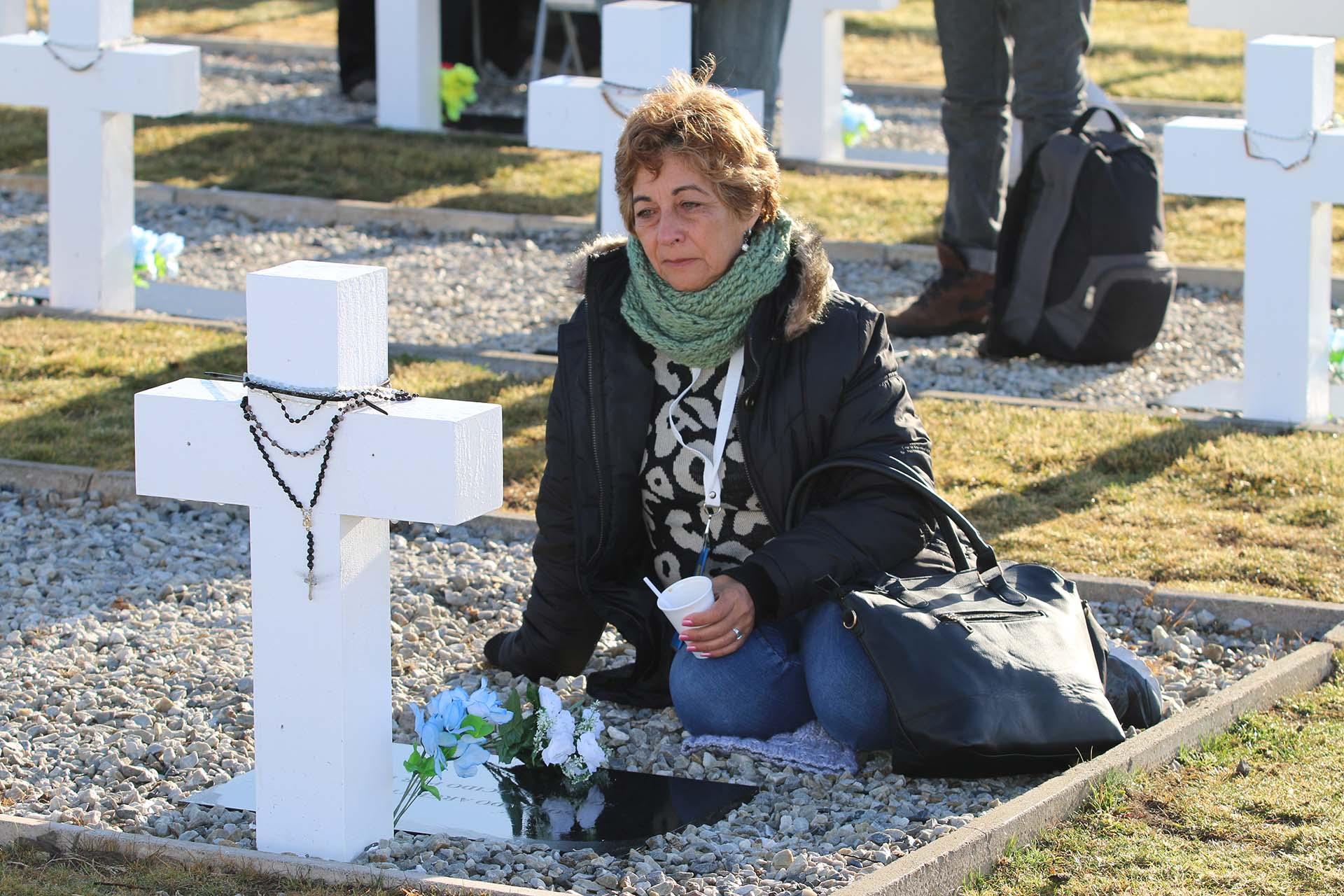 Viajaron 214 familiares, de 248 personas que esta mañana aterrizaron en la isla Soledad. Madres, padres, hermanos, hermanas, hijos, hijas, esposas. Frente a las cruces, oraciones y lágrimas