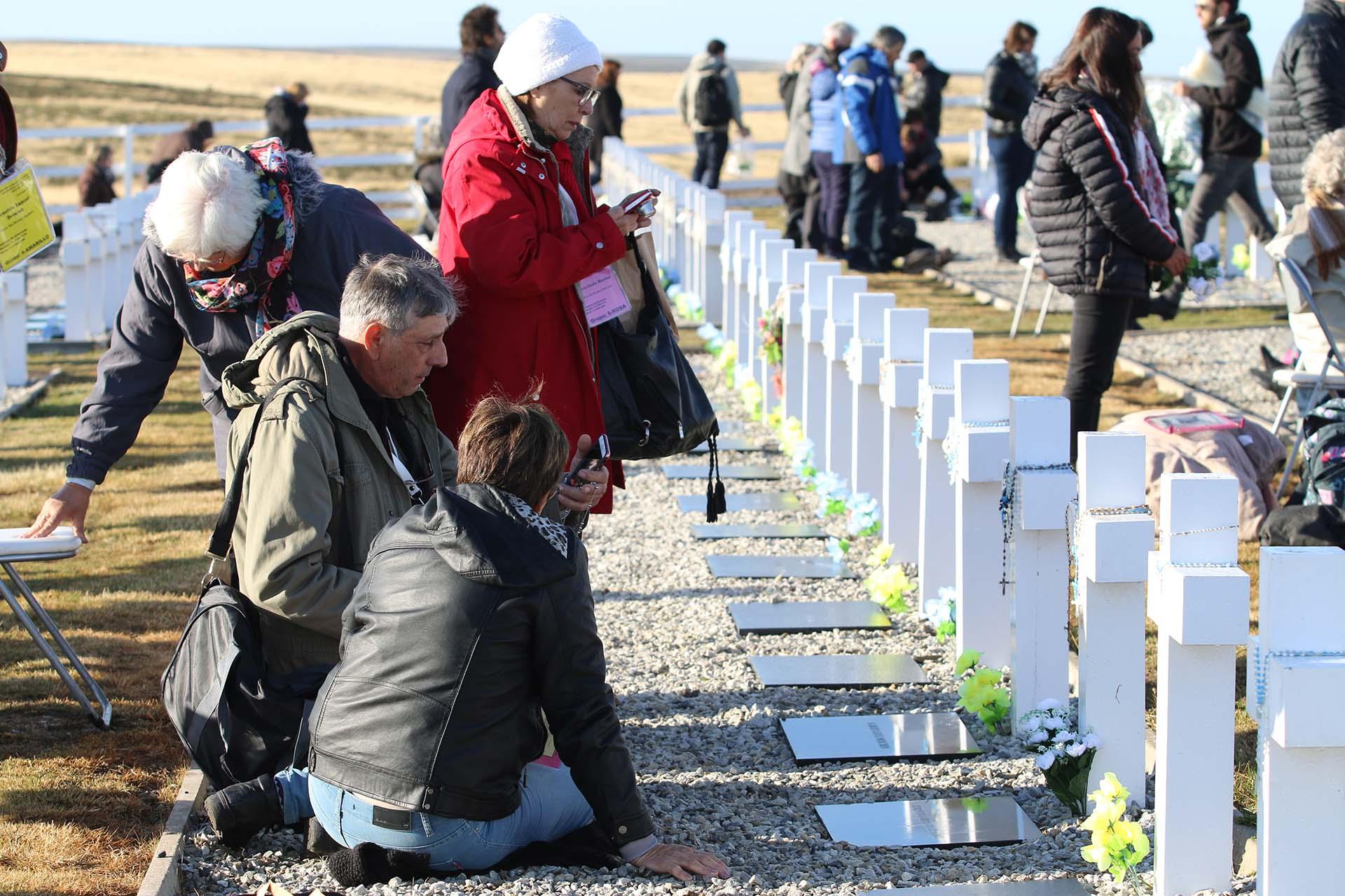 Muchos familiares pasaron las casi tres horas sentados frente a las tumbas de sus seres amados. Se habían organizado varias carpas con mesas y refrigerios
