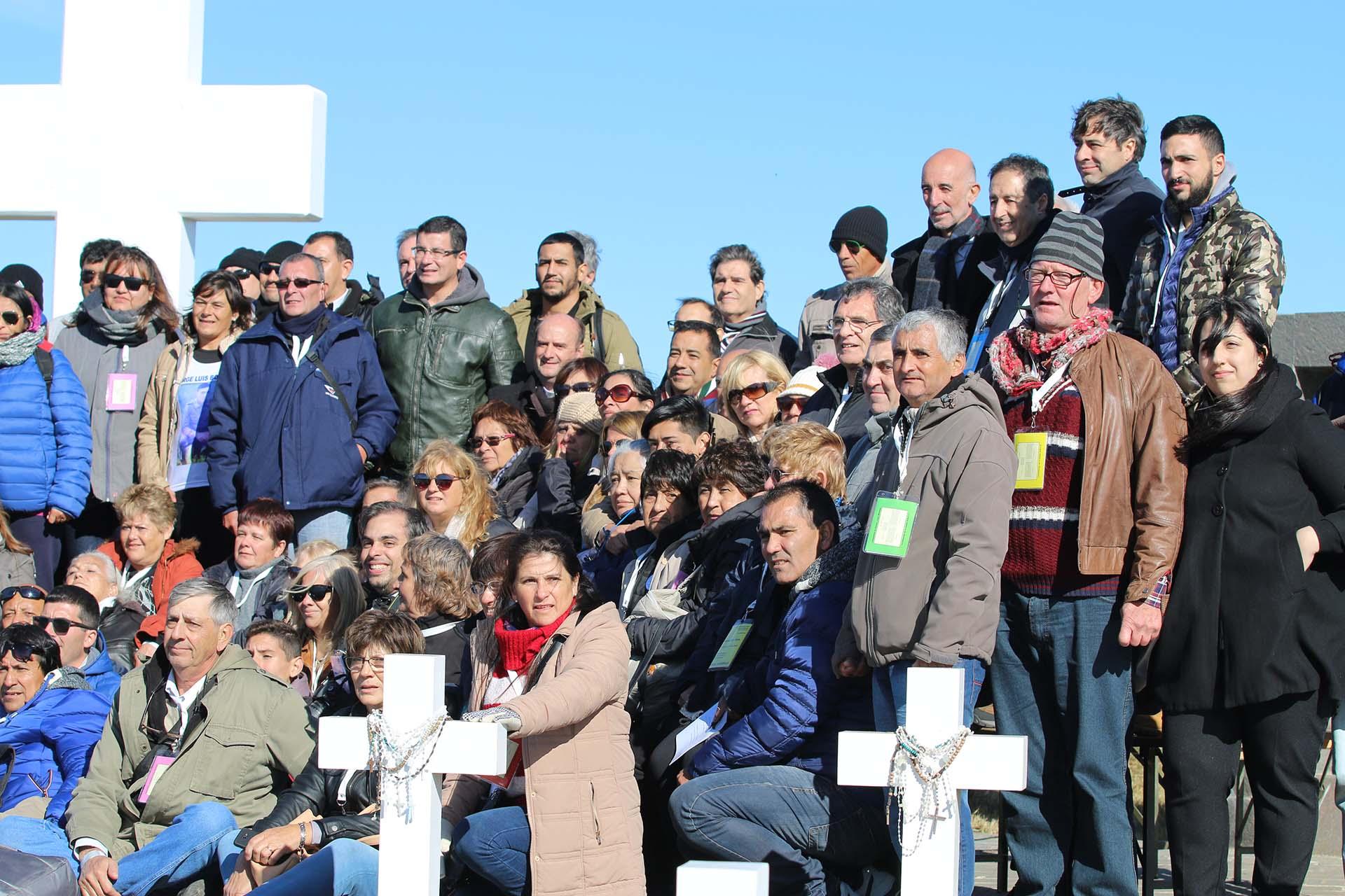 La foto final de las 214 familiares que viajaron a Malvinas para honrar a los 90 soldados identificados