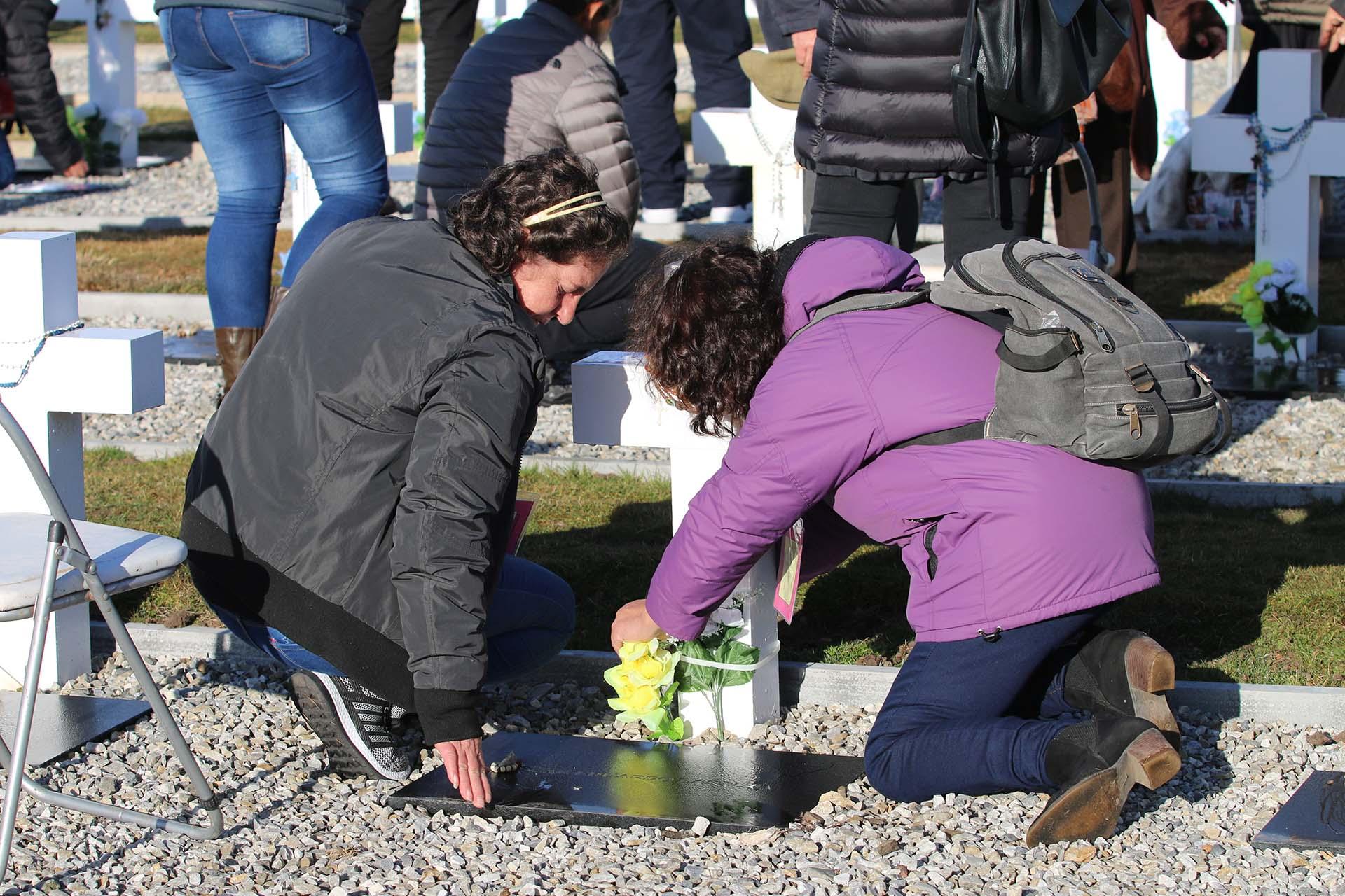 La Secretaría de Derechos Humanos llevó las flores para las tumbas y las entregó con un precinto para que las familias pudieran colocarlas en las cruces y que permanezcan allí a pesar del inclemente viento de Malvinas