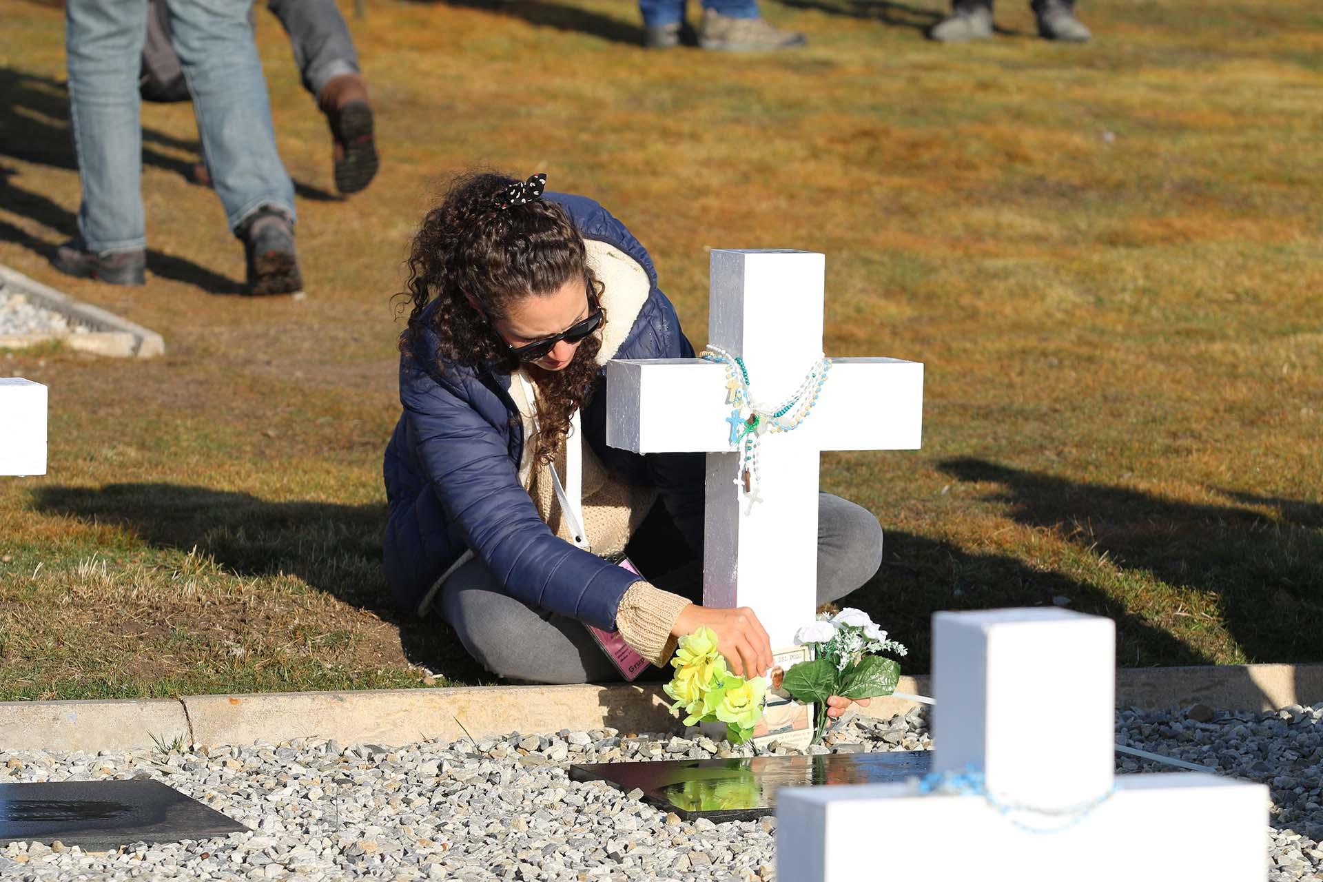 Las cruces estaban recién pintadas, blancas y relucientes, el césped cortado, las cruces con sus rosarios y sus flores. El cementerio fue especialmente acondicionado para este día histórico