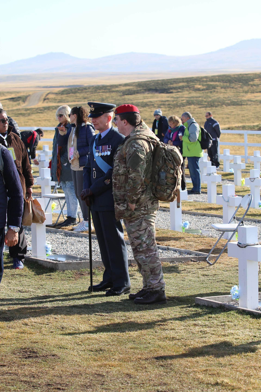 """Los soldados de la British Force South Atlantic Islands (BFSAI) estuvieron presentes para honrar a los caídos argentinos: """"Admiramos su coraje en la guerra"""", dijo su comandante"""