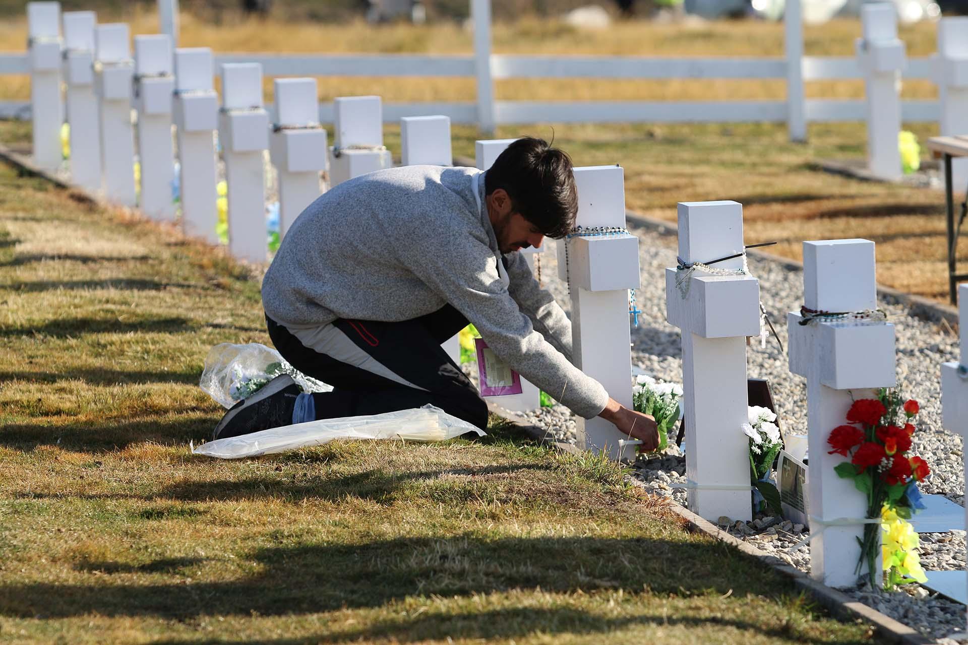 Cada familiar se ocupó de arreglar la tumba de su ser querido: flores, rosarios, fotos, alguna gorra rockera y hasta un pañuelo y poncho salteño. Cada elemento también identificaba quién había sido en vida el joven que yace en Darwin