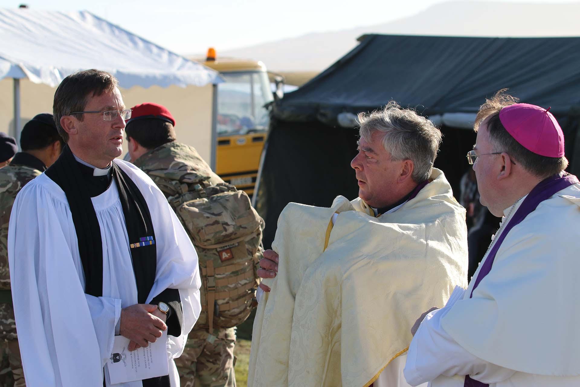 El sacerdote John Wisdom, el abad Hugh, que viajó especialmente desde el Reino Unido y el reverendo protestante Mercer, compartieron el oficio religioso con Monseñor Eguía Seguí