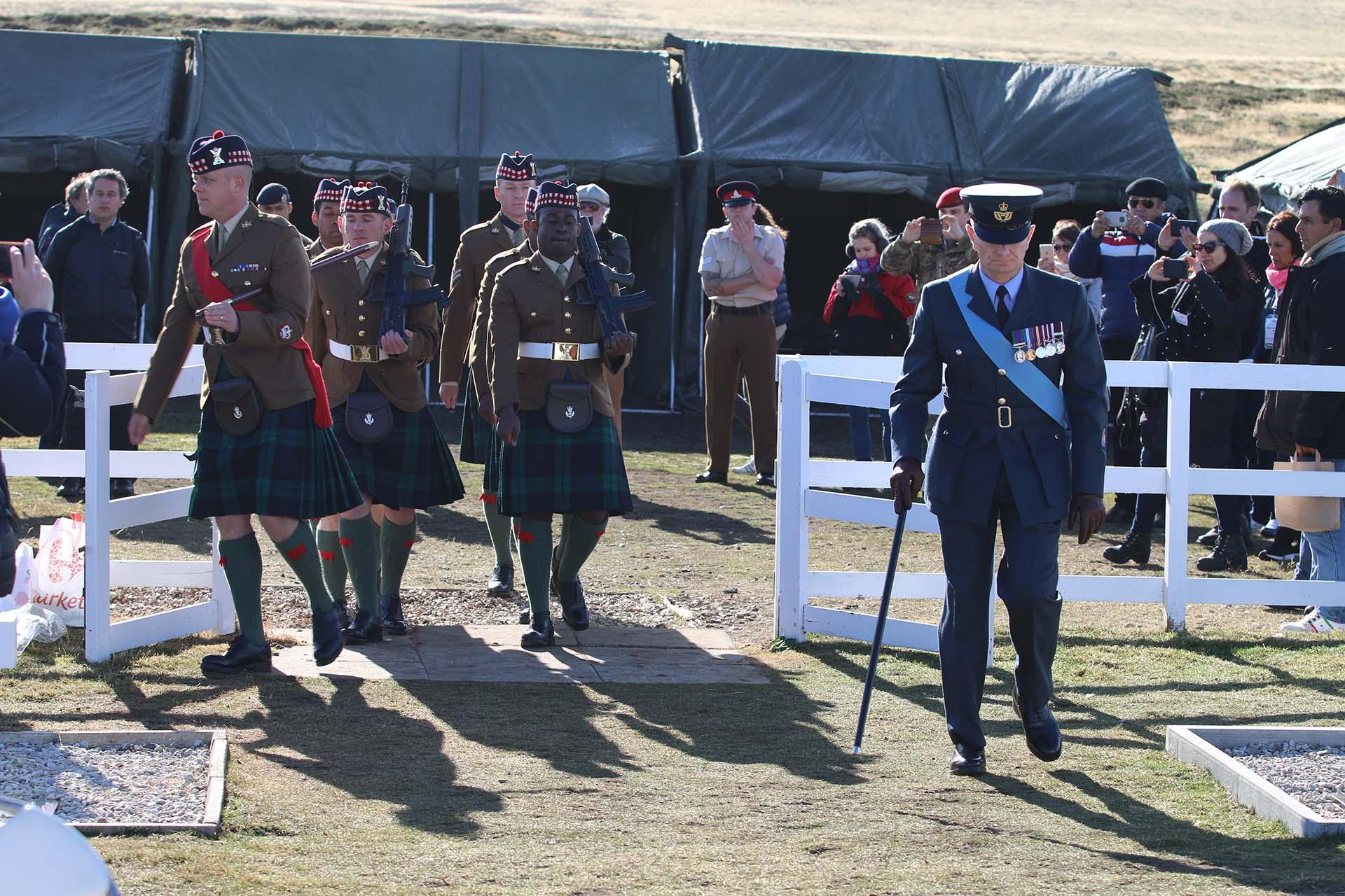 Ocho soldados de la Guardia Escocesa, incluido un gaitero , rindieron honor a los soldados argentinos