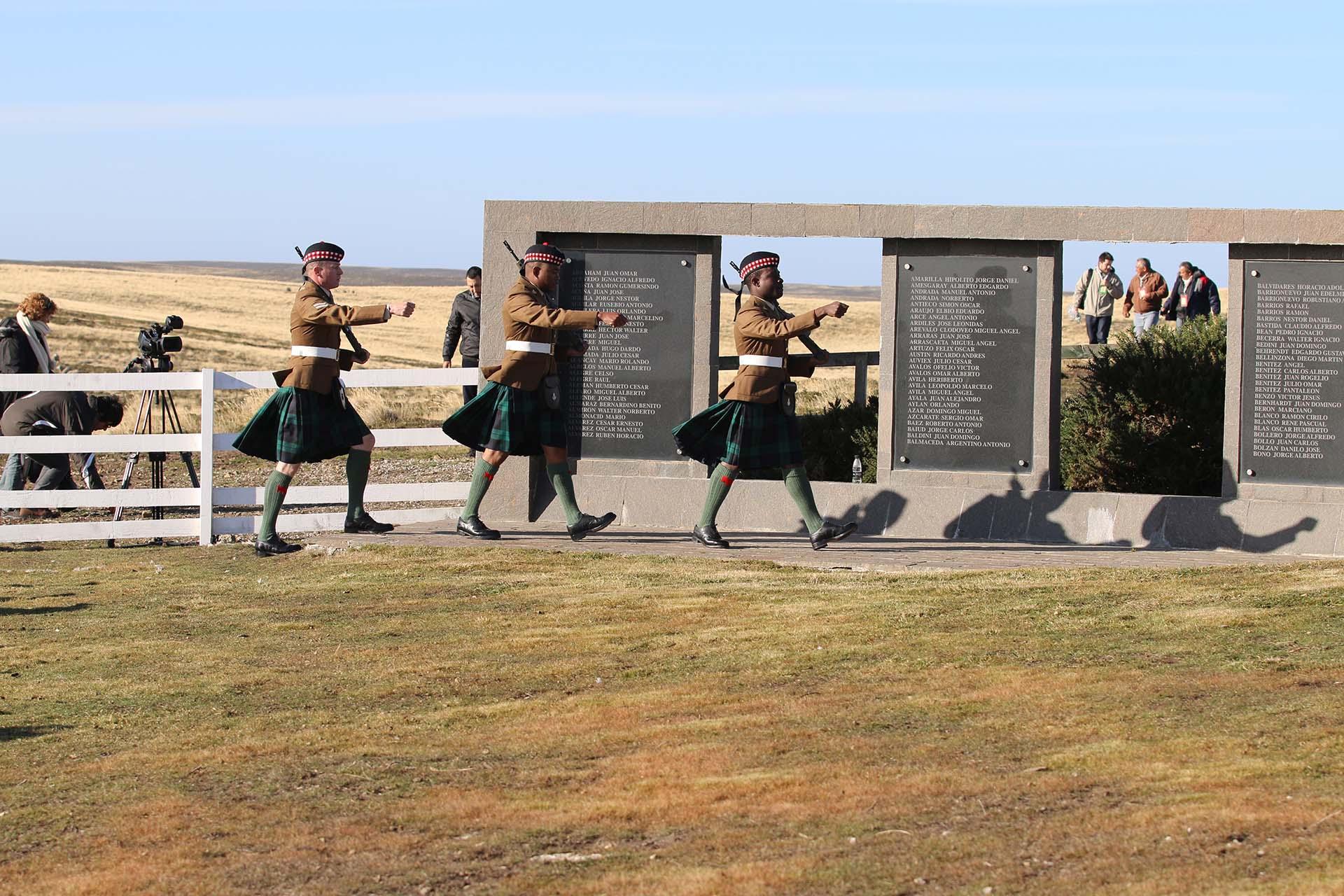 """La Guardia de Honor Escocesa marchó por el extremo interno del cementerio y se ubicó entre las placas con los nombres de los caídos adoptando una postura de """"descansen armas"""" para mostrar respeto por los combatientes argentinos"""