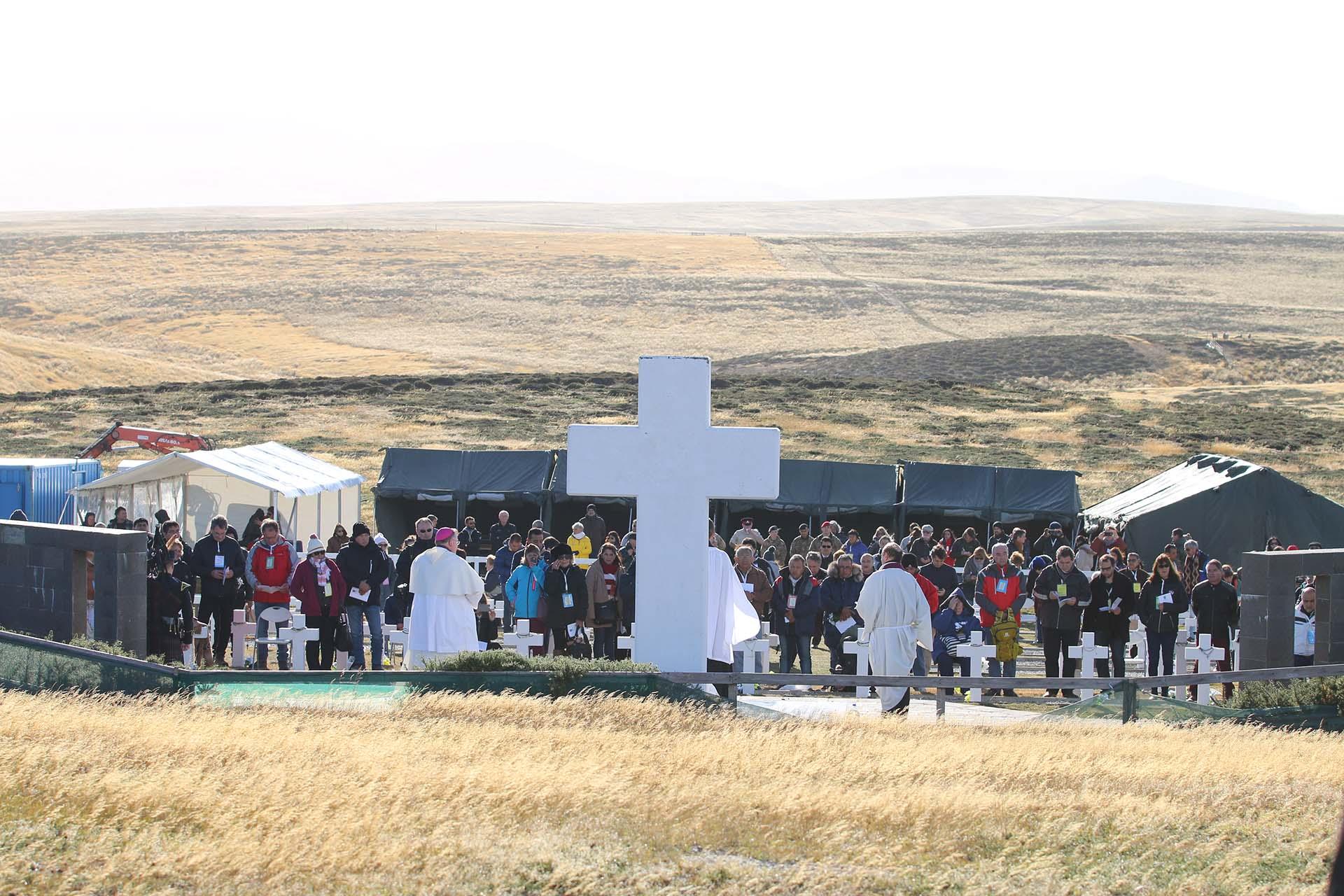 La gran Cruz del cementerio y detrás las carpas armadas especialmente para este histórico día