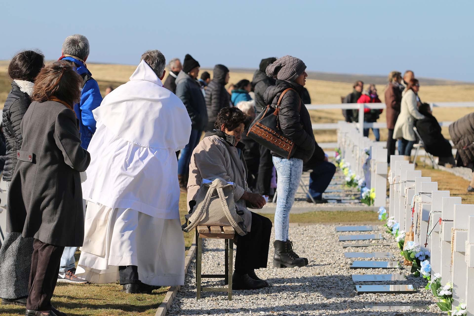 A pedido de los familiares, los sacerdotes recorrieron las 230 cruces para bendecirlas individualmente y hacer una oración