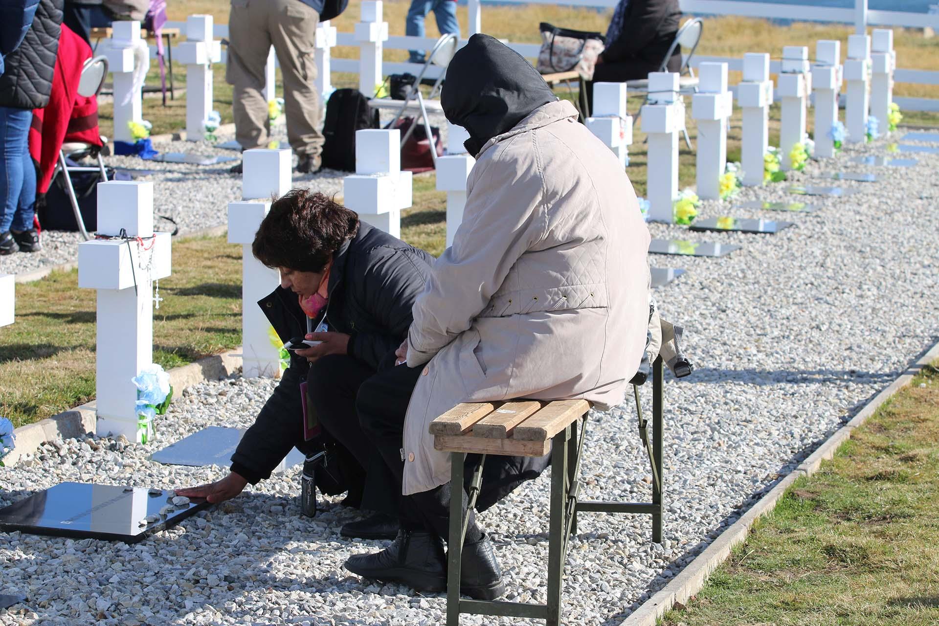 Un rito que se reptie: las familias colocan piedritas sobre las placas de sus seres amados