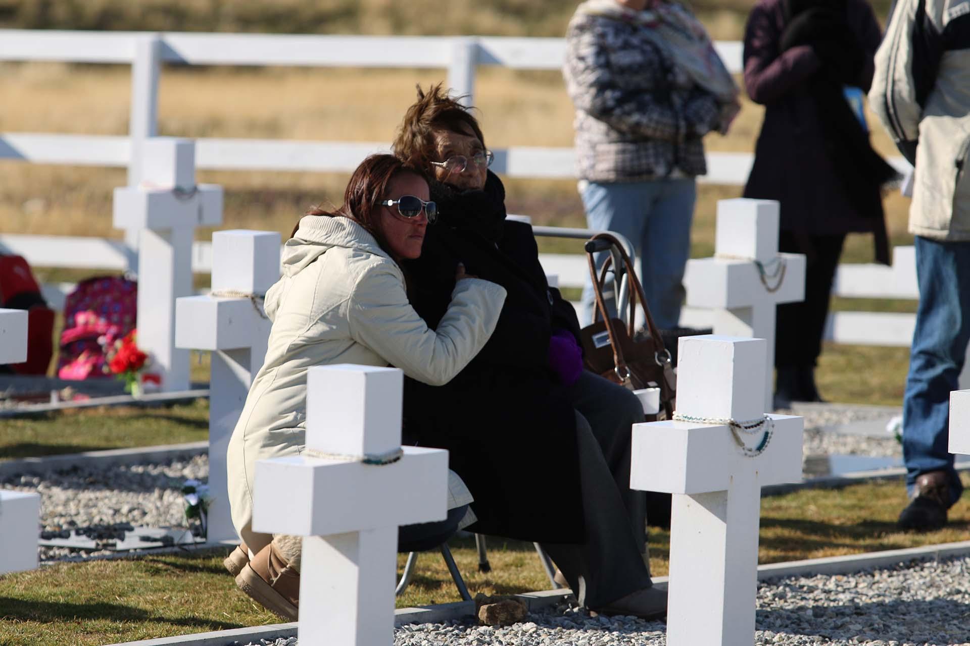 La mamá del soldado Manuel Zelarrayán -que viajó junto a su nieta- hace una oración por su hijo muerto el 8 de junio en Wireless Ridge