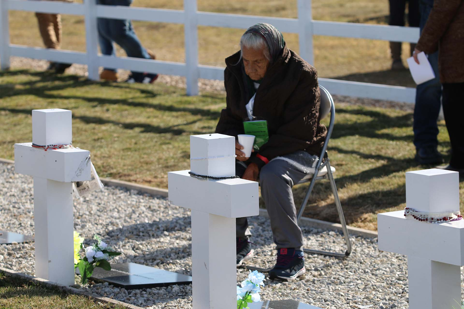 Para que las madres de los caídos pudieran permanecer hasta último minuto junto a la cruz de su hijo,personal de AA2000se encargó de atenderlos en cada situación: desde un café a una silla, desde abrigo a las flores para sus muertos