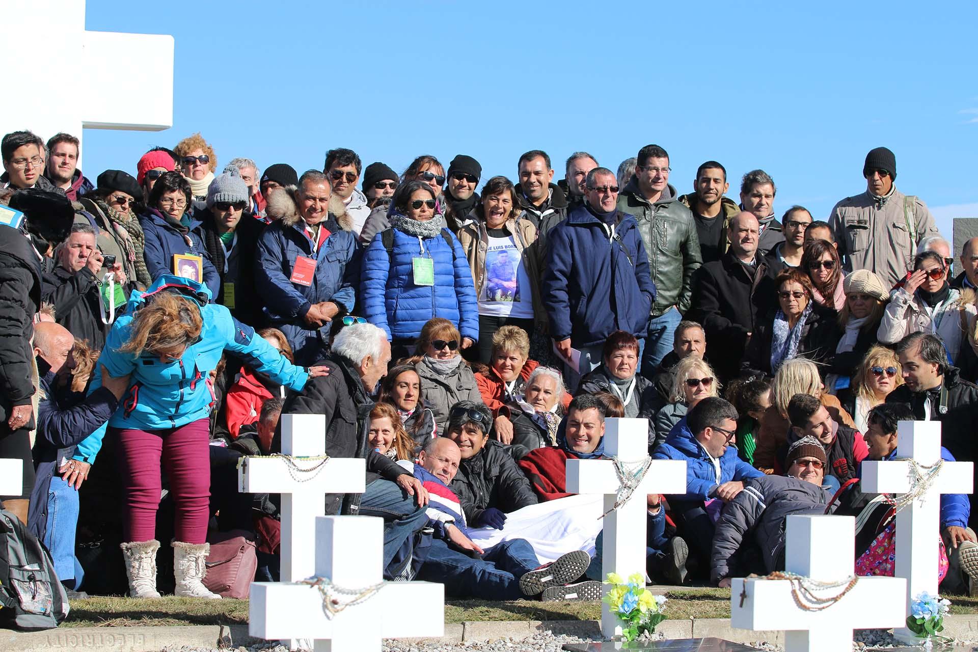 Antes de partir, y para que dejar el cementerio fuera más fácil para las familias, se organizó una foto grupal delante de la gran cruz del cementerio argentino