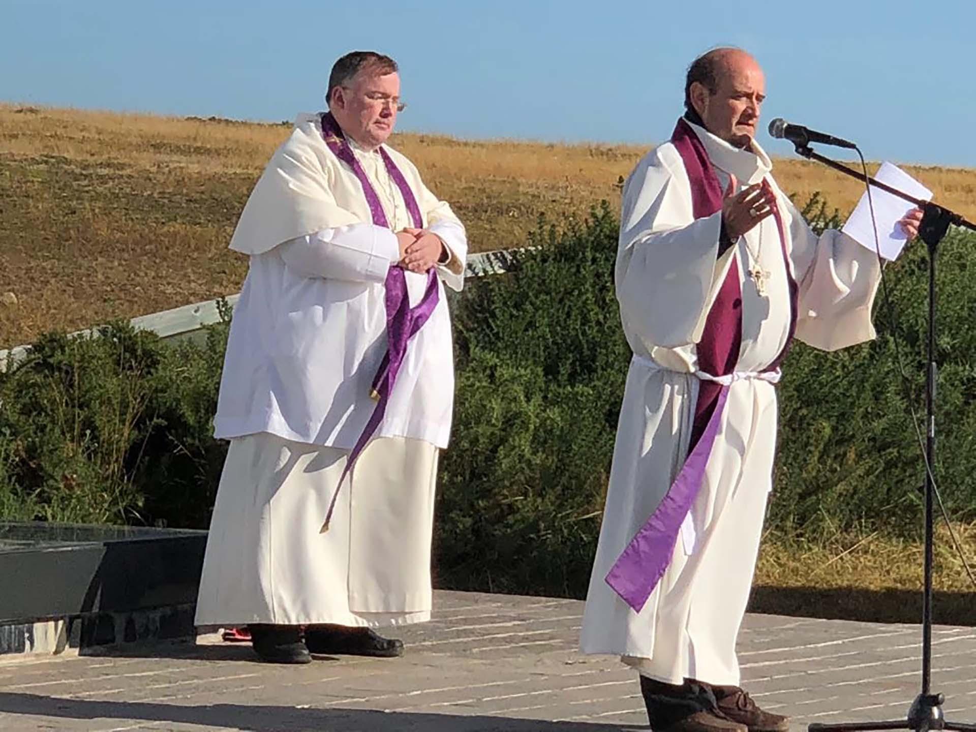 """Monseñor Enrique Eguía Seguí ofició la ceremonia religiosa. Lo acompañaron el padre John Wisdom, el reverendo Mercer y al Abad Hugh. """"Recemos por aquellos que perdieron la vida en el conflicto del Atlántico Sur. Por los 649 militares argentinos, los 255 militares británicos y los tres isleños"""", dijo el obispo auxiliar de la Arquidiócesis de Buenos Aires"""