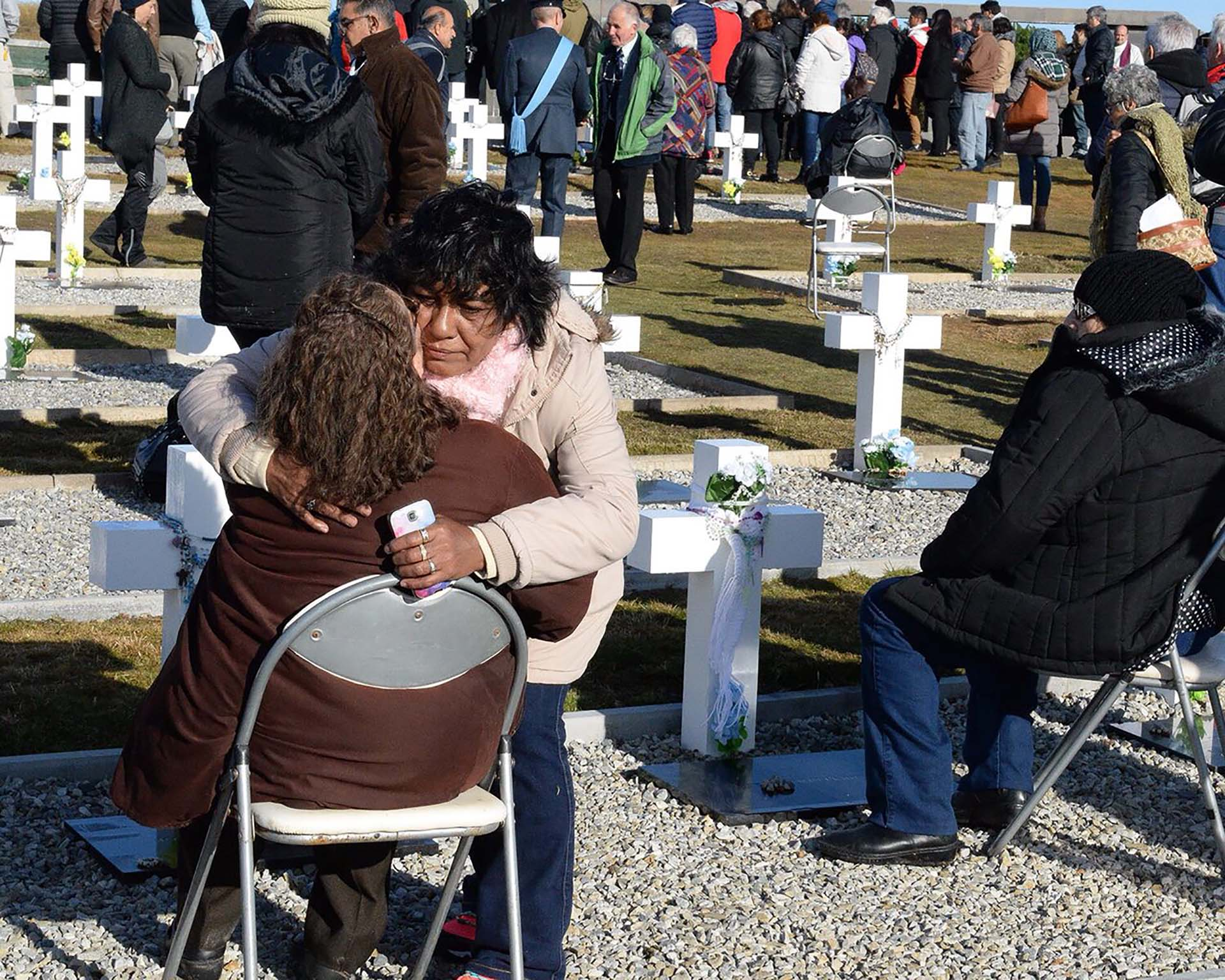 Norma Gómez y el abrazo con Sonia Cárcamo, madre del soldado José Honorio Ortega (Foto: Presidencia de la Nación/Secretaria DDHH/ Víctor Bugge)