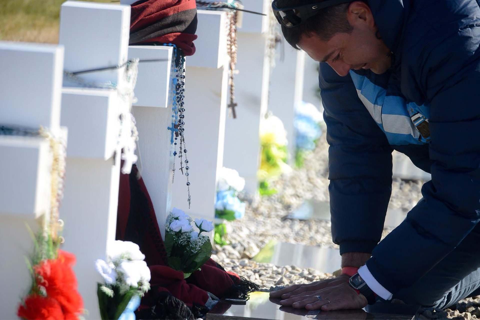 Llanto y dolor.Los jóvenes de las familias de Malvinas no olvidan ni por un instante a aquel hermano mayor que partió a la guerra para no volver (Foto: Presidencia de la Nación/Secretaria DDHH/ Víctor Bugge)