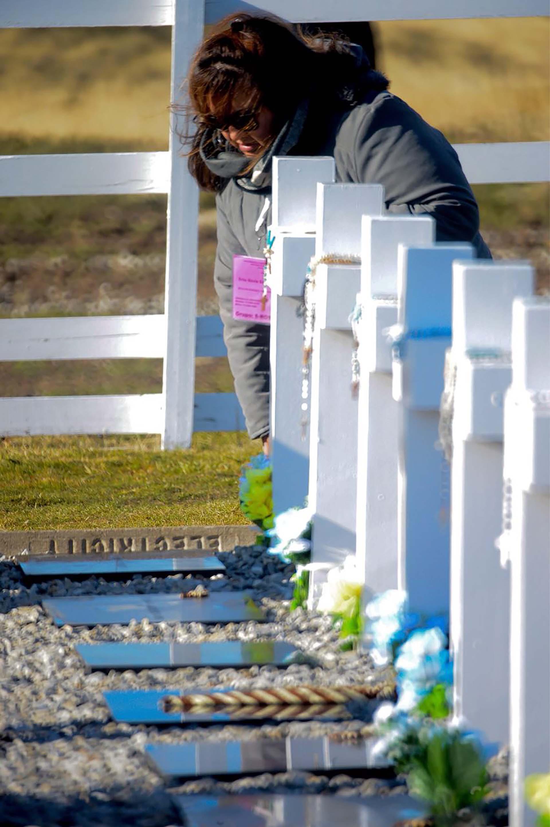 Rosarios bendecidos en las cruces de Malvinas (Foto: Presidencia de la Nación/Secretaria DDHH/ Víctor Bugge)
