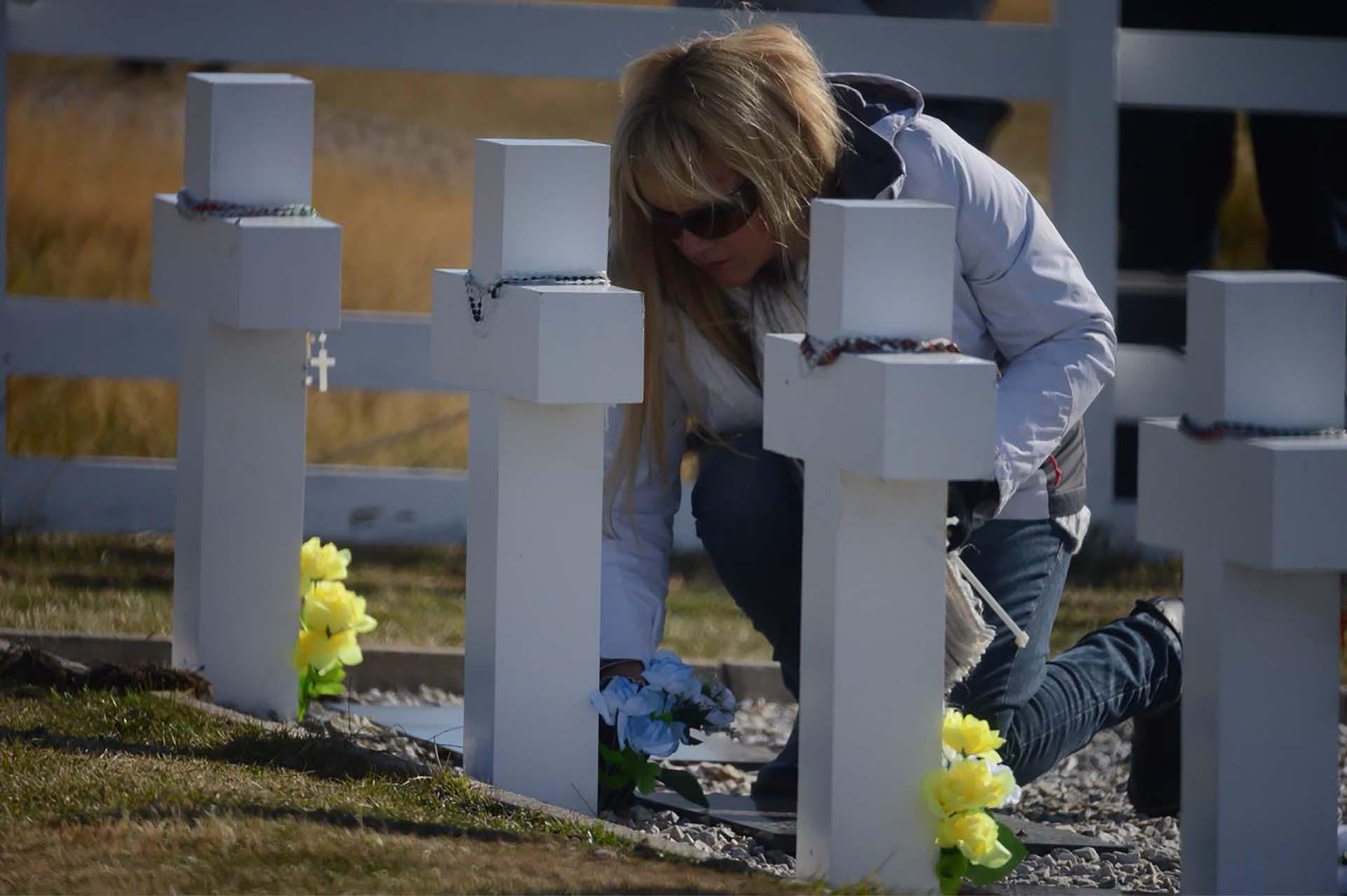 Muchas hermanas de los caídos estuvieron presentes en este viaje en donde 90 placas ya tenían los nombres de los soldados identificados (Foto: Presidencia de la Nación/Secretaria DDHH/ Víctor Bugge)