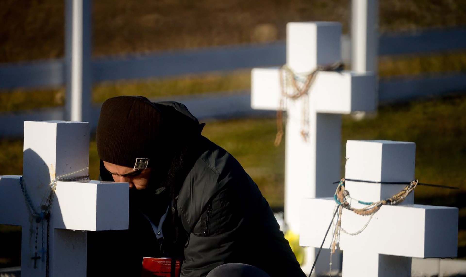 La ceremonia se hizo respetando y comprendiendo el tiempo que los familiares necesitaban para estar solos frente a las tumbas de sus seres queridos (Foto: Presidencia de la Nación/Secretaria DDHH/ Víctor Bugge)