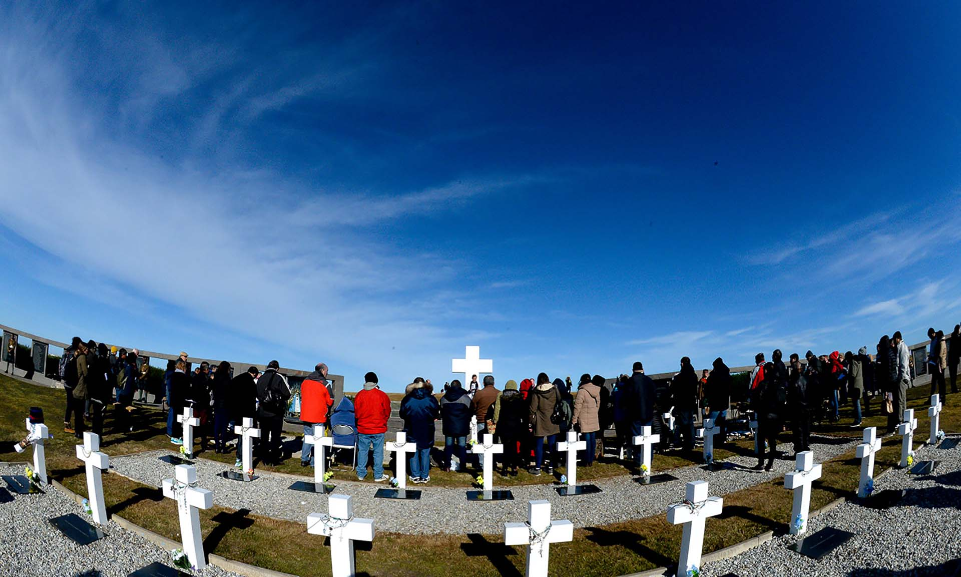 Las familias se acercaron para oír Los Lamentos interpetados por la gaita de la Guardia Escocesa (Presidencia / Secretaría de la Nación / Victor Bugge)