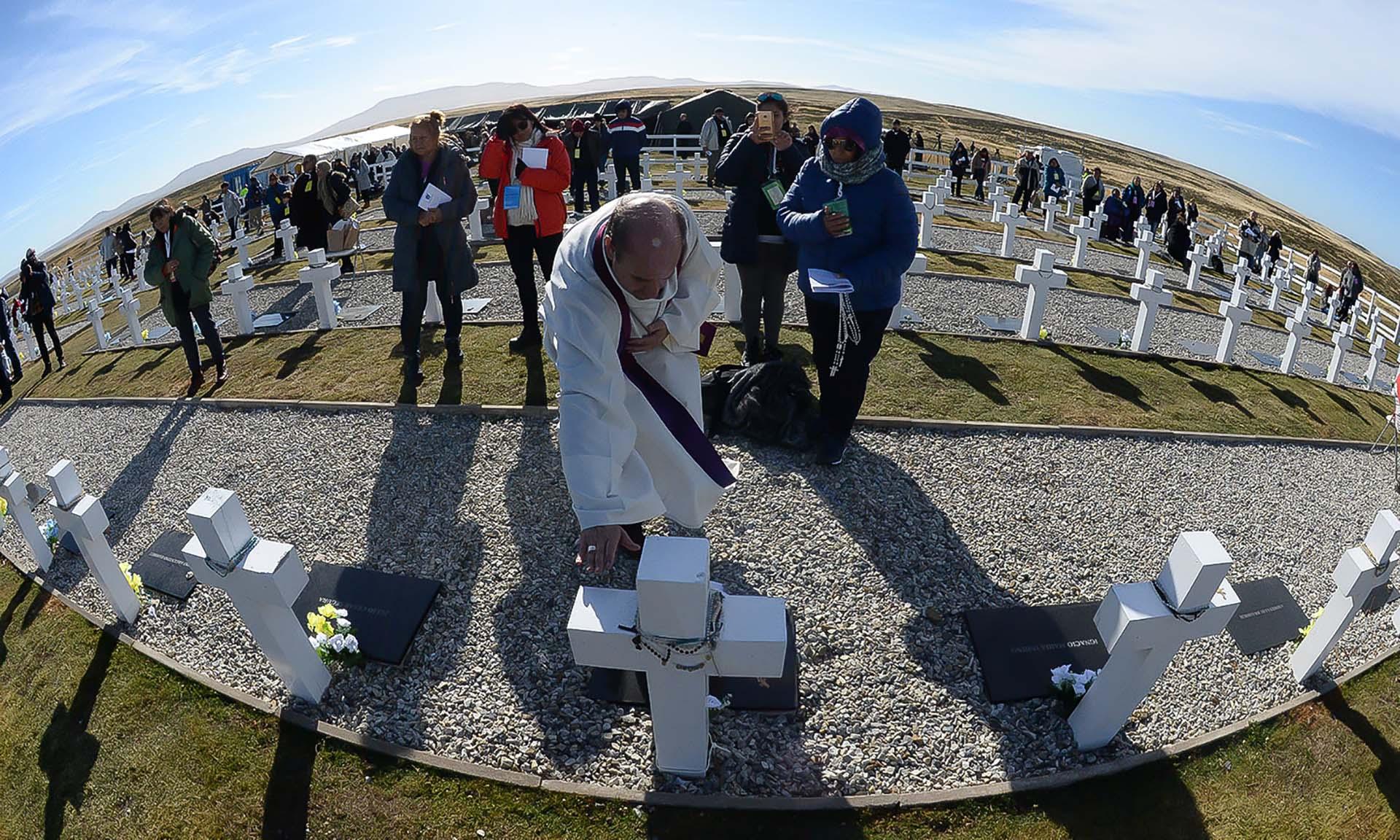 Monseñor Eguía Seguí bendijo las tumbas de los soldados identificados (Presidencia / Secretaría de la Nación / Victor Bugge)