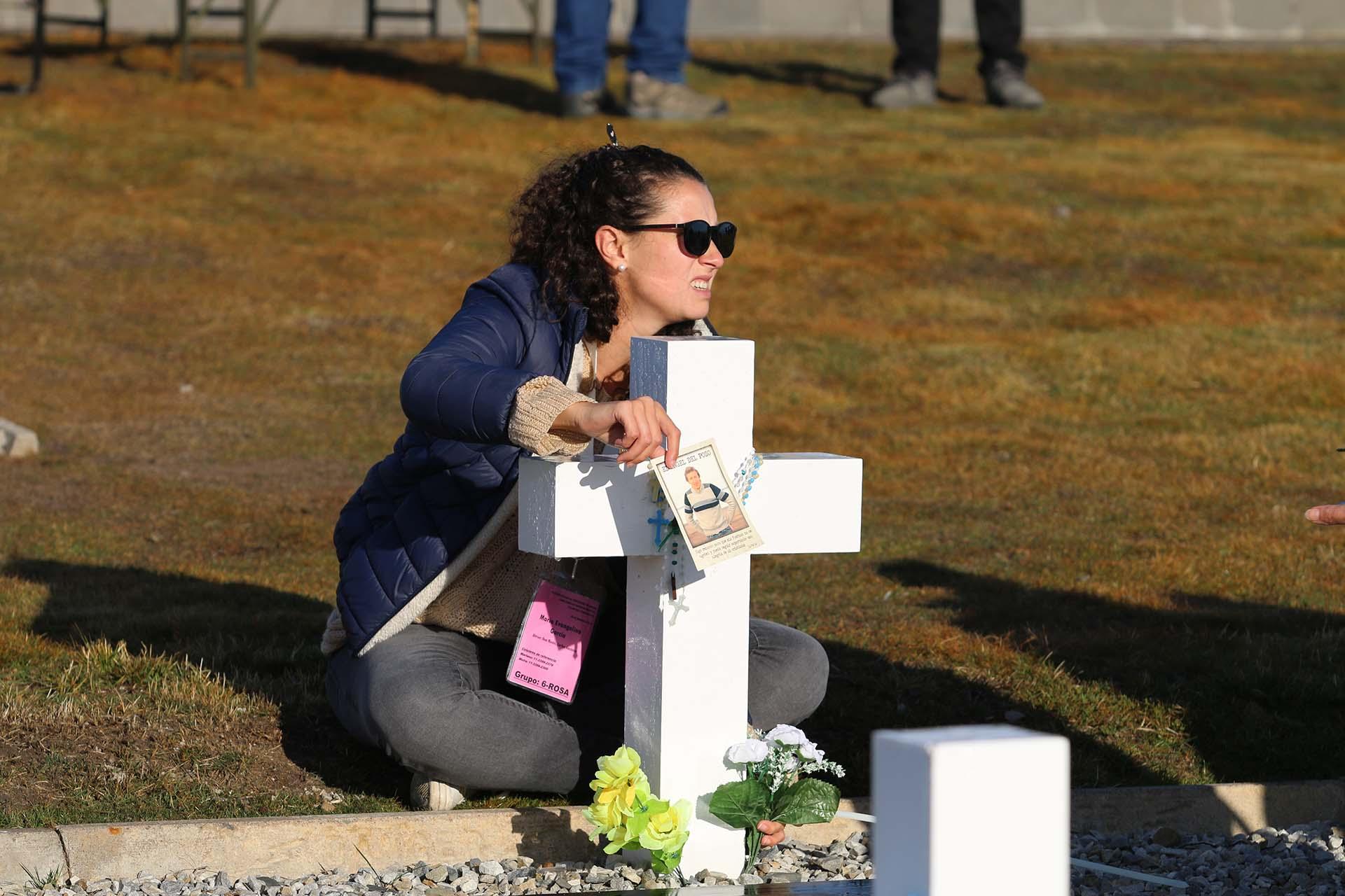 Las fotos de los seres queridos, muchas de ellas protegidas por bolsitas de plástico, se colocaron al pie de cada cruz (Foto: Presidencia de la Nación/Secretaria DDHH/ Víctor Bugge)