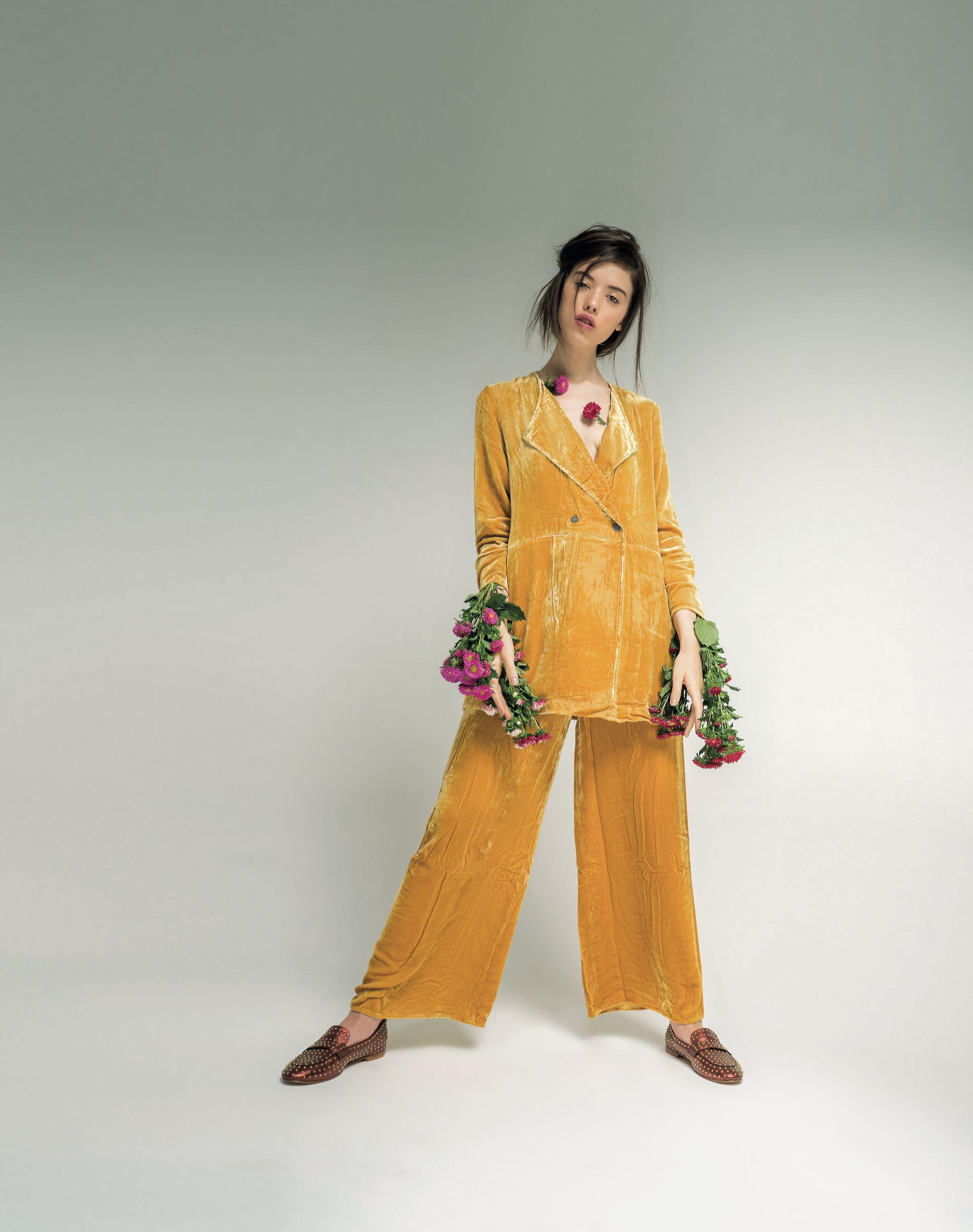 Saco y pantalón de terciopelo ($ 6.900 y 5.600, Rapsodia) y mocasines de cuero metalizado con tachas ($ 4.490, Sofi Martiré). (Fotos: Juan Jauregui/ Para Ti)