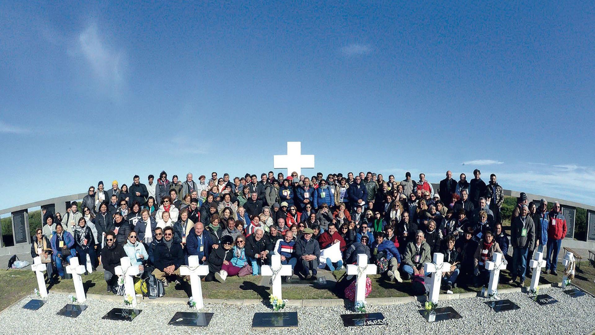 26 de marzo de 2018: el histórico viaje a las islas de los familiares de los soldados argentinos sepultados en Darwin que fueron identificados. (Foto Telam)