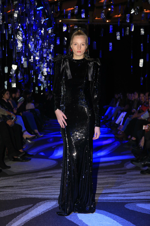 Espectacular vestido de pailetes negro con mangas largas y moños coronando los hombros. (Foto Jhony Villagran)