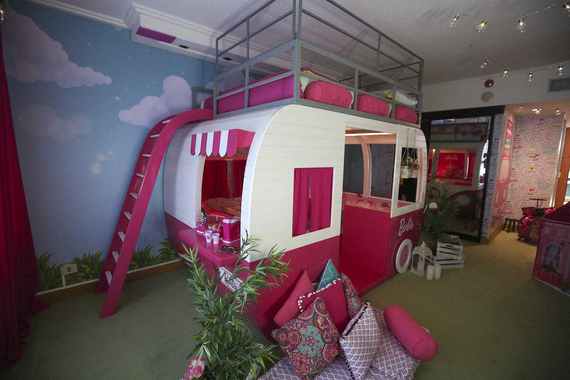 El camper de lujo con cama incluida en la parte superior refleja el espíritu viajero de la muñeca