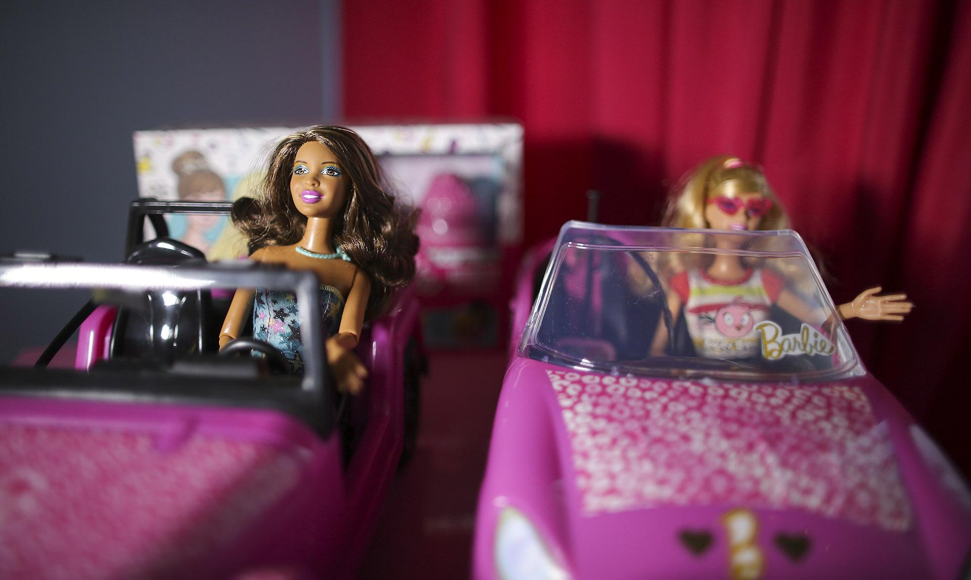 En toda la habitación juegosy películas de Barbie,