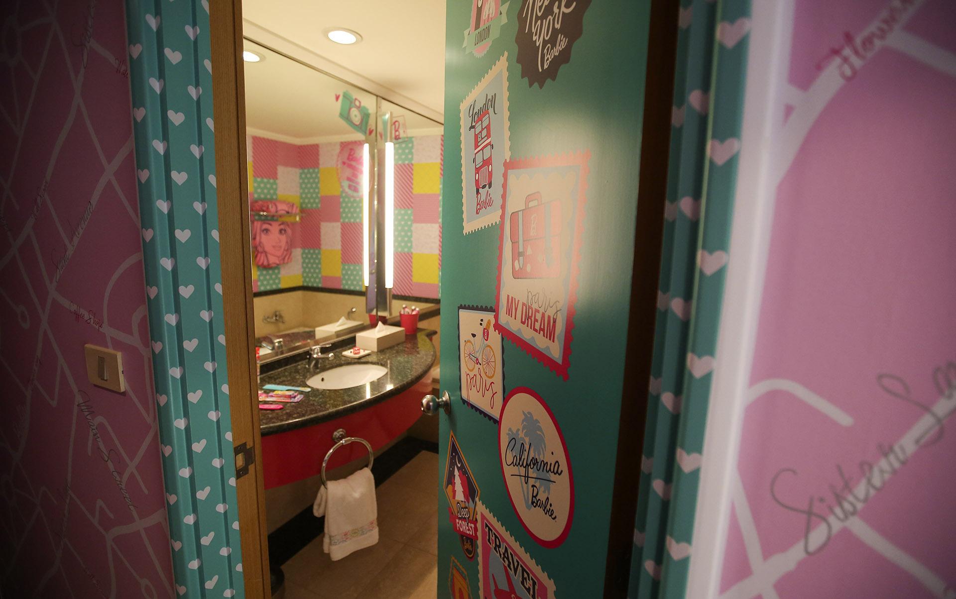 El baño sigue la línea temática de la habitación