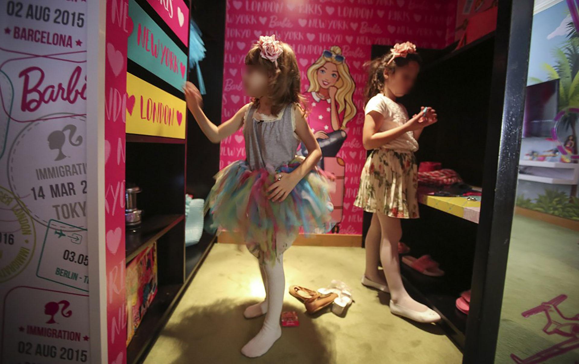 El amplio vestidor para lookearse con espacio de guardado, cajones y estantates a la altura de las niñas