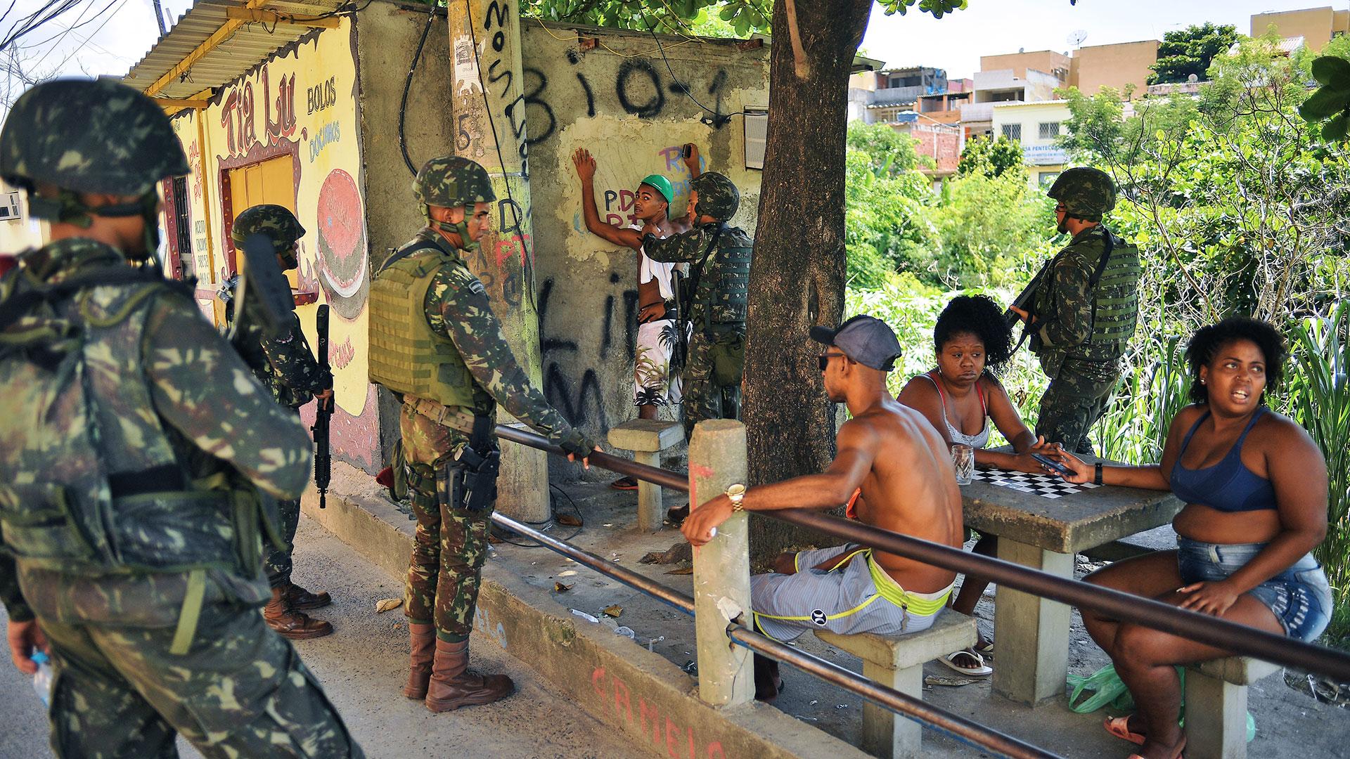 Soldados en las favelas de Rio de Janeiro (AFP)