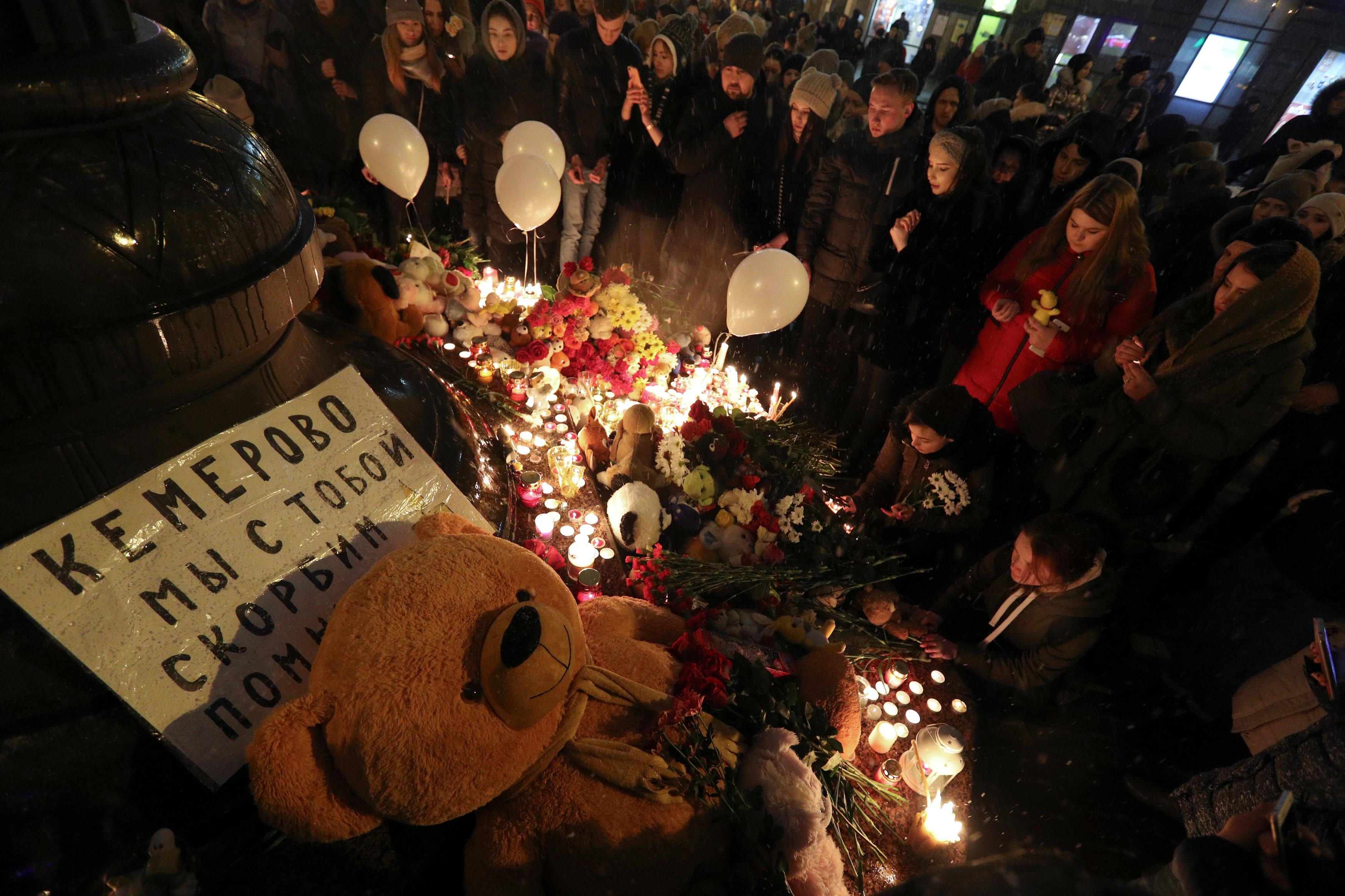"""Manifestación enKazan. """"Kamerovo, estamos con ustedes"""", dice el cartel. (REUTERS/Ilnar Tukhbatov)"""