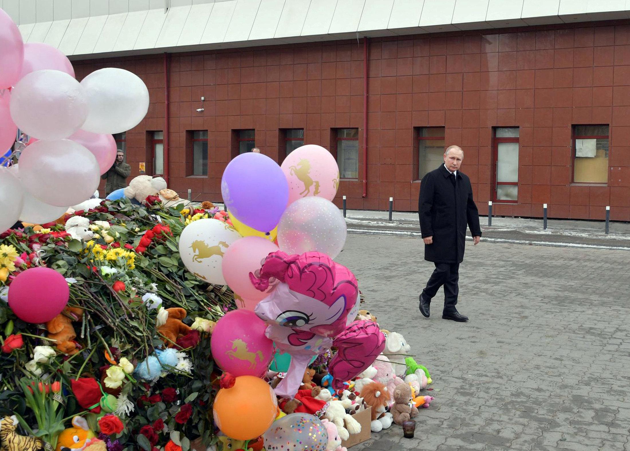 El presidente ruso Vladimir Putin en el lugar del incendio (Sputnik/Alexei Druzhinin/Kremlin via REUTERS)