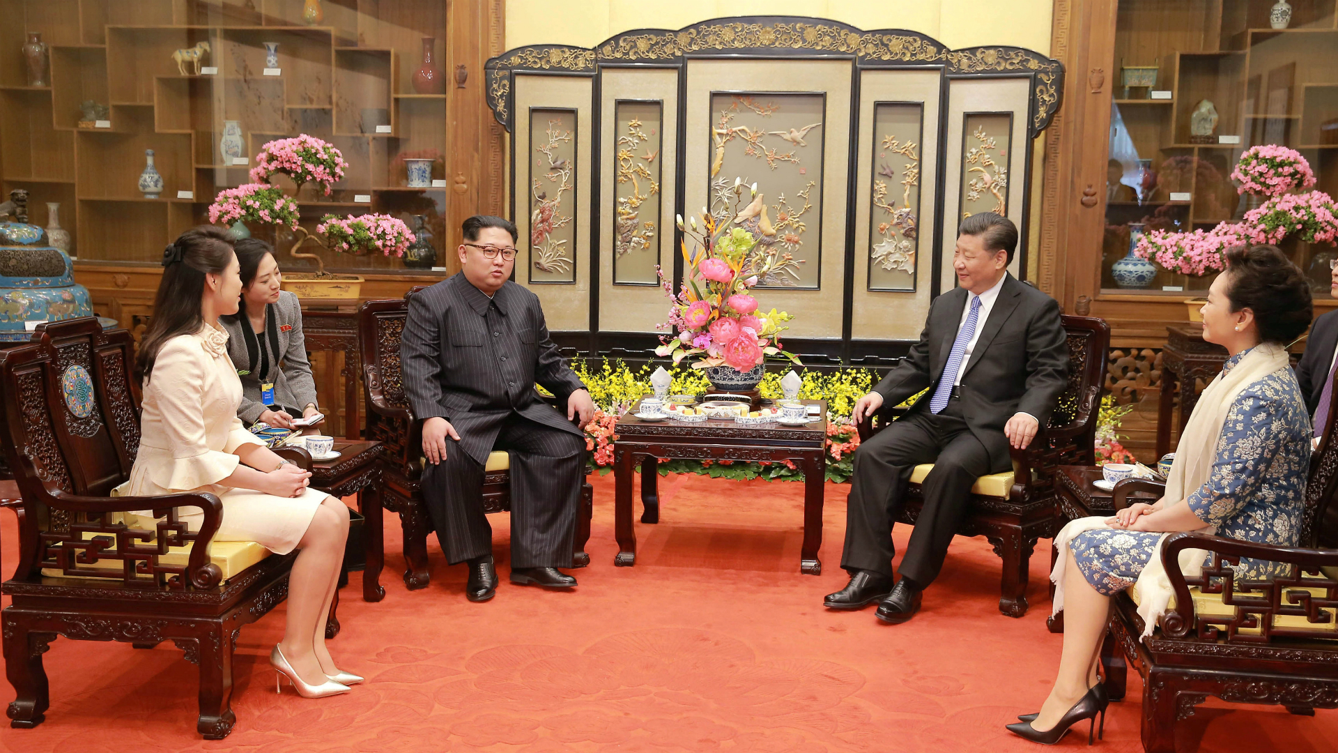 Ri Sol Ju, a la derecha de su esposo Kim Jong Un, y Xi Jingping, junto a su mujer, Peng Liyuan(Reuters)