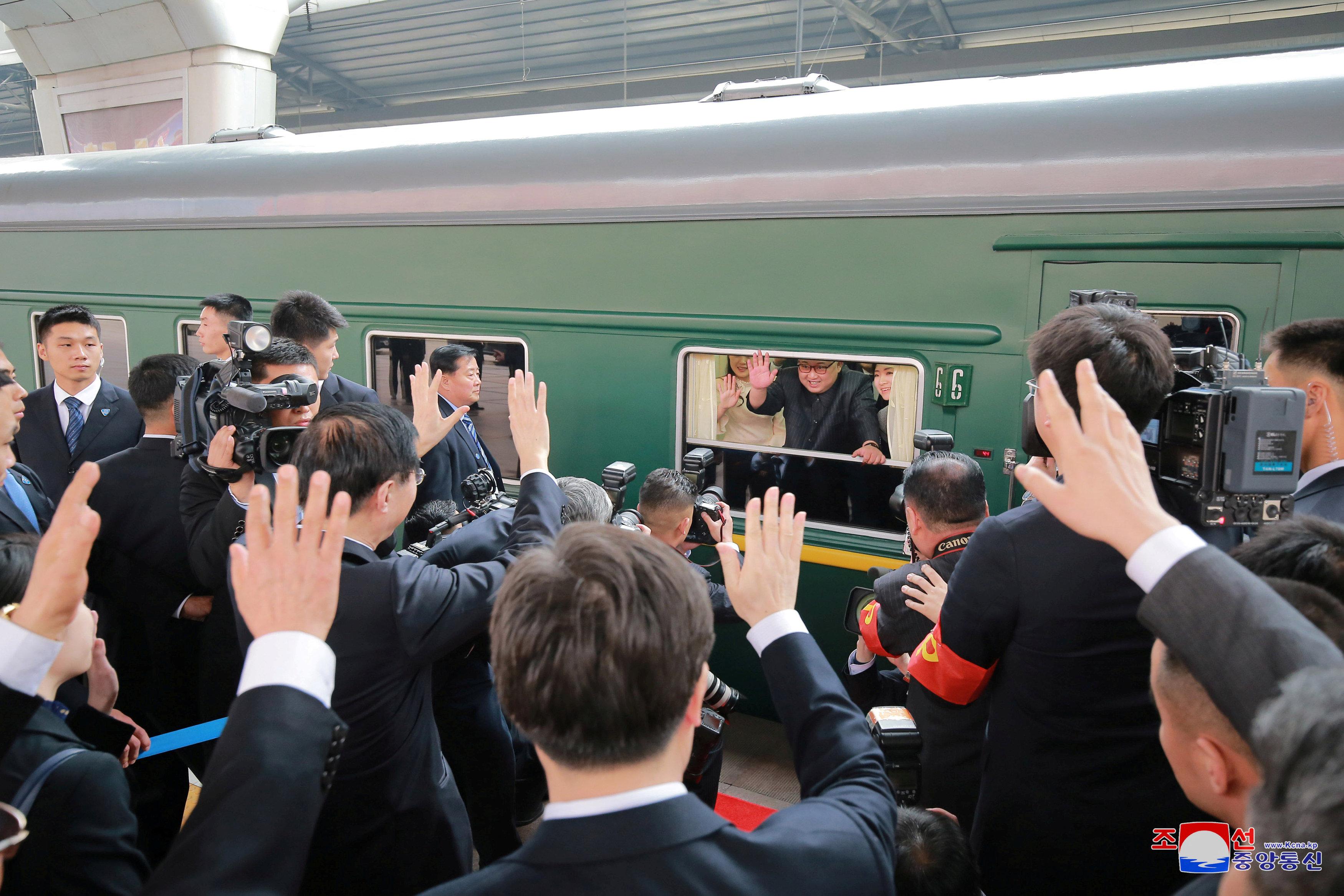 Kim Jong Un saluda desde el famoso tren verde que utilizó para desplazarse rumbo a China