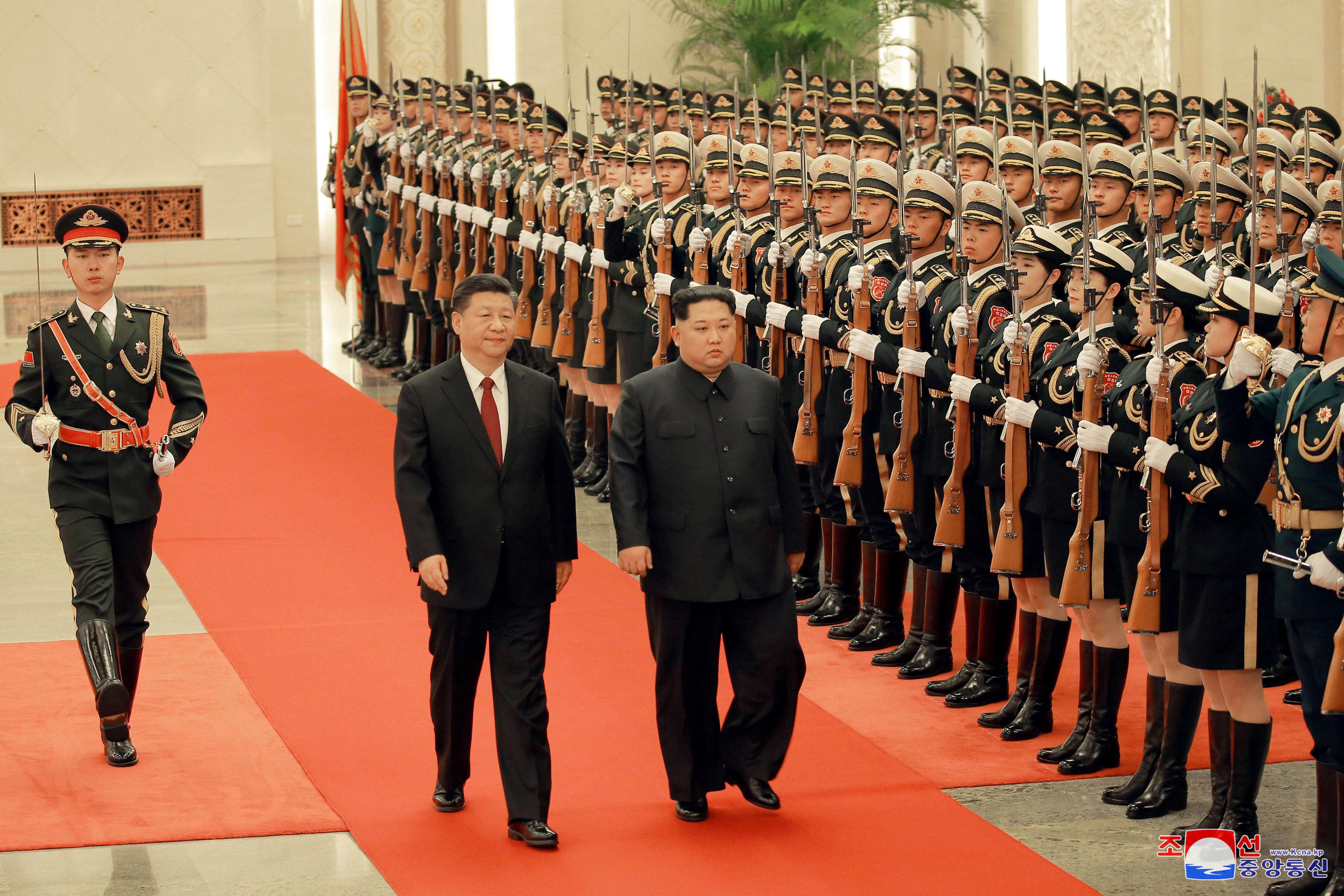 Kim Jong Un y Xi Jinping pasan revista a las tropas formadas para recibir al dictador norcoreano