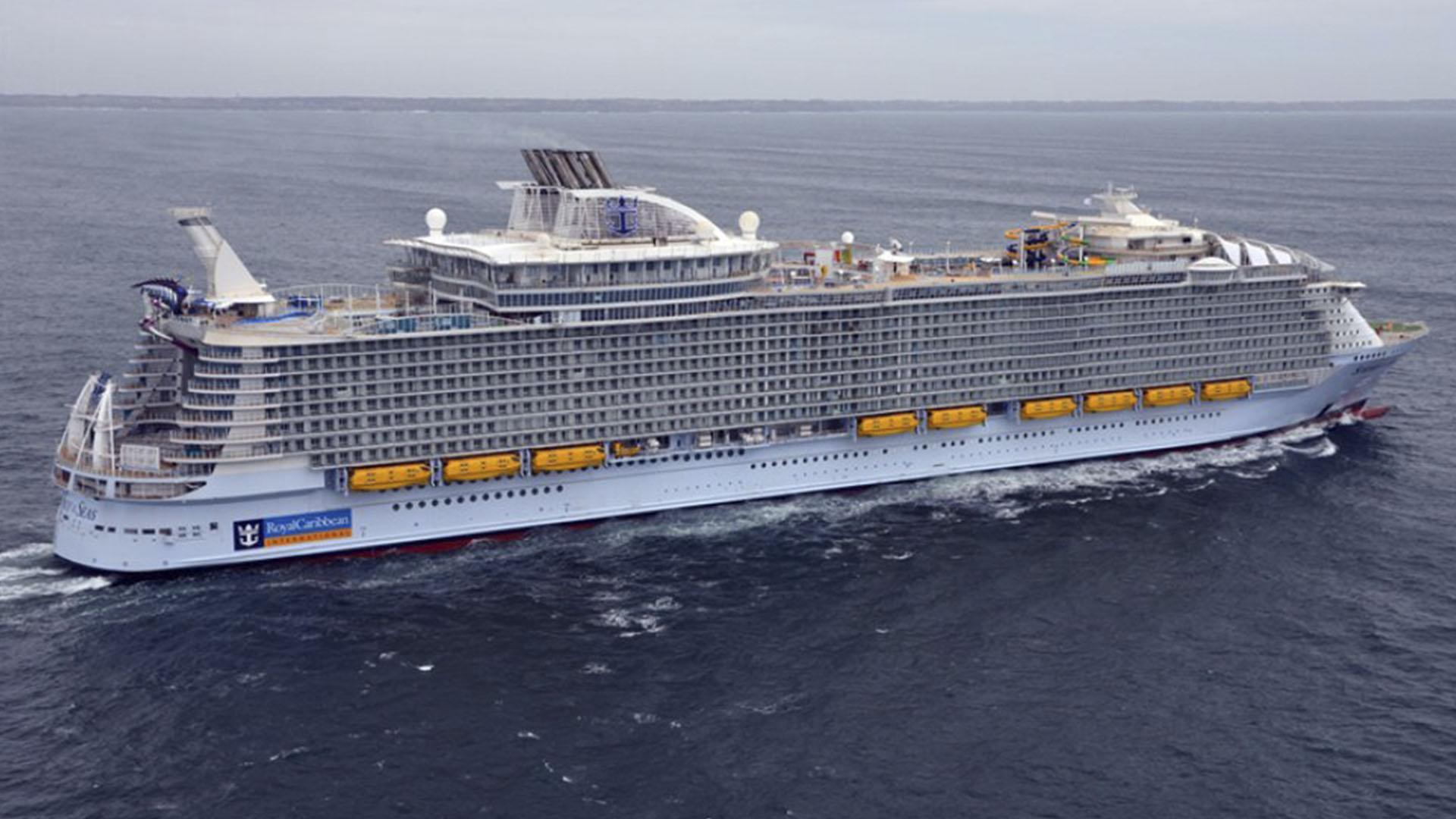 Tiene capacidad para 6.360 pasajeros y una tripulación de 2.200 integrantes