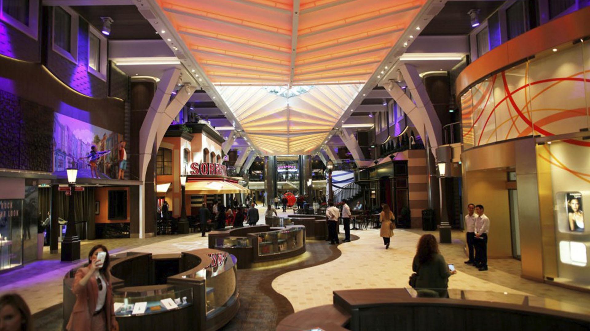 Cuenta con un enorme centro comercial y 20 restaurantes