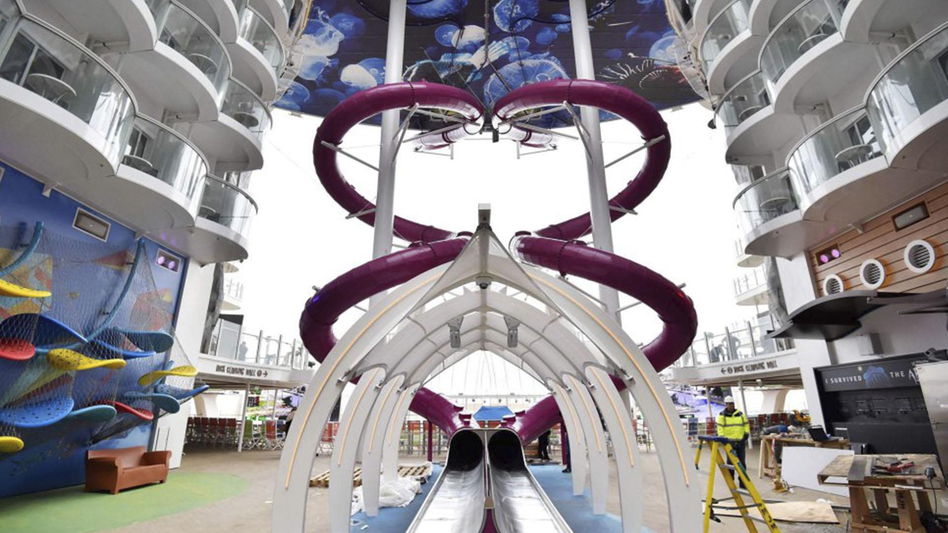 Posee el tobogán más alto en barcos y dos rocódromos de unos 13 metros de alto