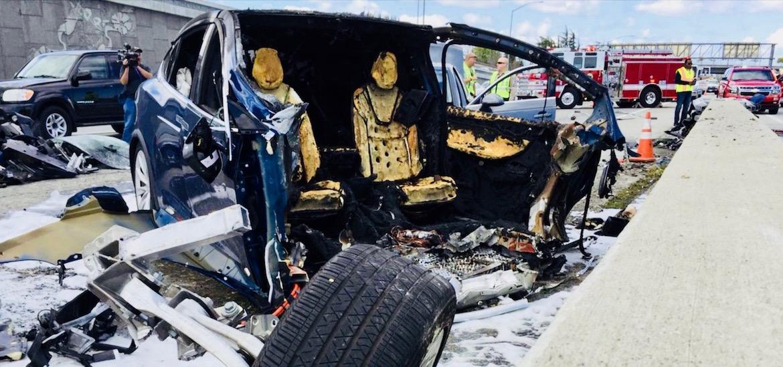 El Model X, completamente irreconocible tras impactar una barrera divisoria en una carretera de California y posteriormente arder en llamas