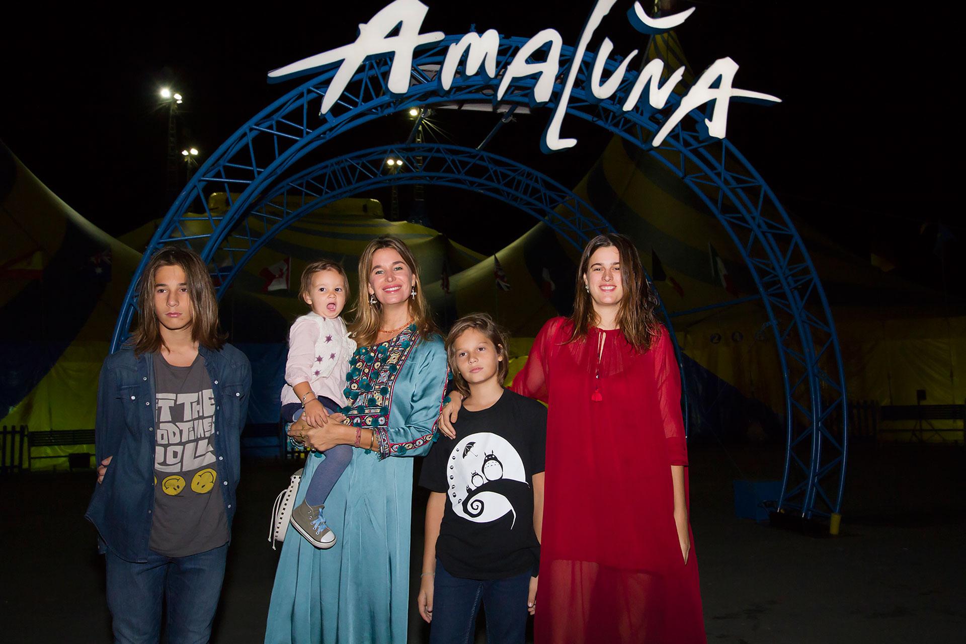 Dolores Barreiro junto a sus hijos.