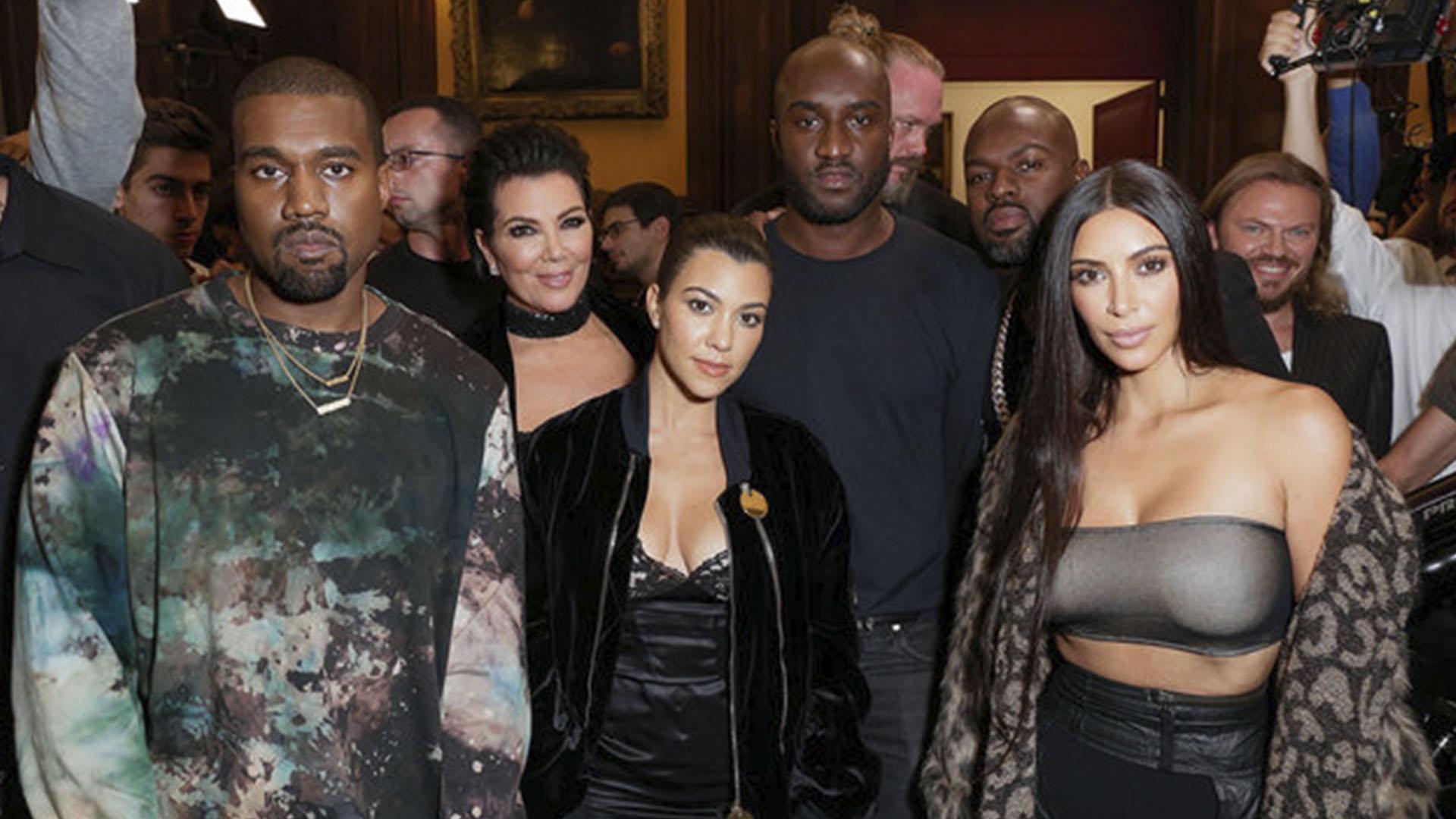 Amigos. Kim y Kourtney Kardashian junto a sus maridos, su madre Kris Jenner y el diseñador Virgil Abloh al finalizar su último desfile. (Gentileza: Billboard)
