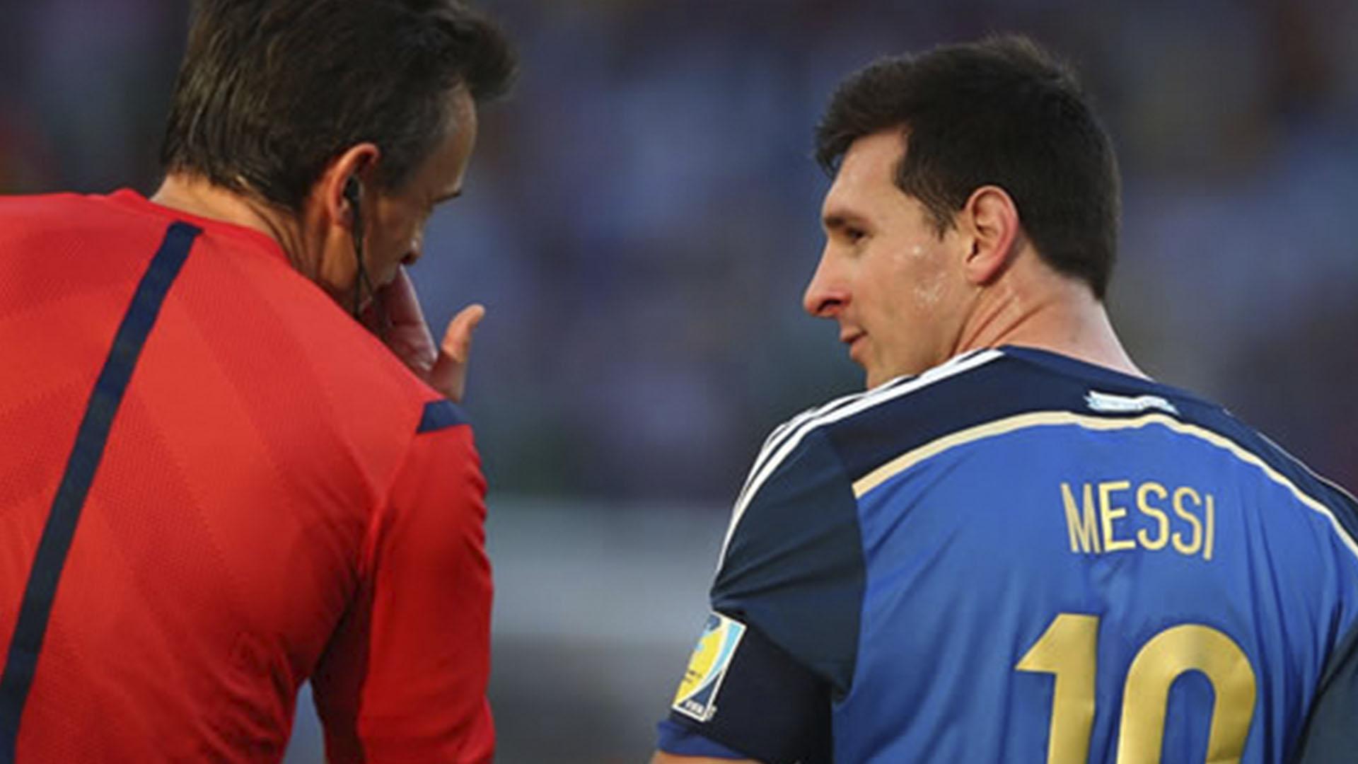Rizzoli habla con Messi en la controvertida final (Foto: Getty)