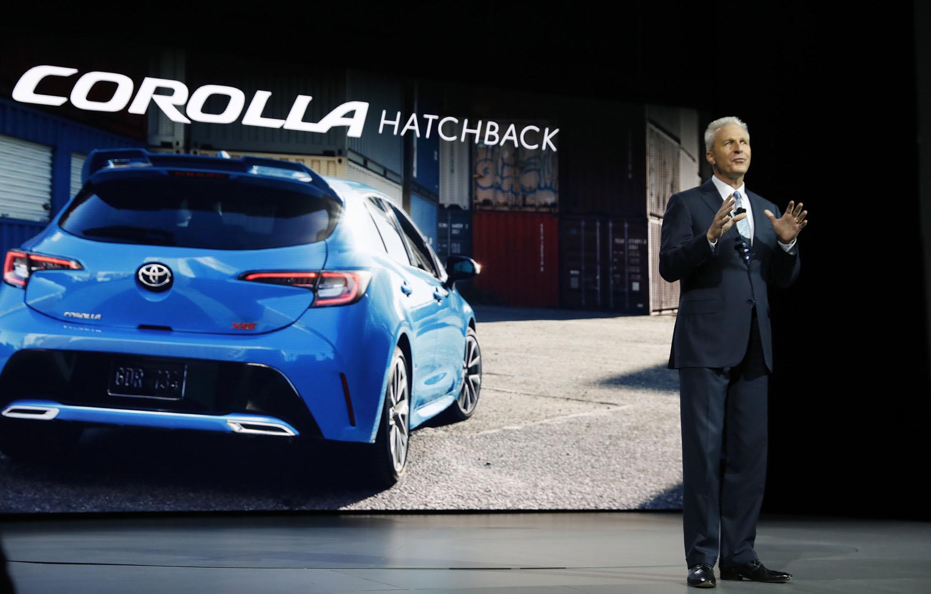 """Jack Hollis, vicepresidente y Manager General de Toyota, se encargó de presentar en la antesala del Salón de Nueva York la nueva generación del Corolla para el mercado nortamericano. El hatchback es la variante """"sin cola"""" del modelo que en Europa recibe la denominación Auris"""