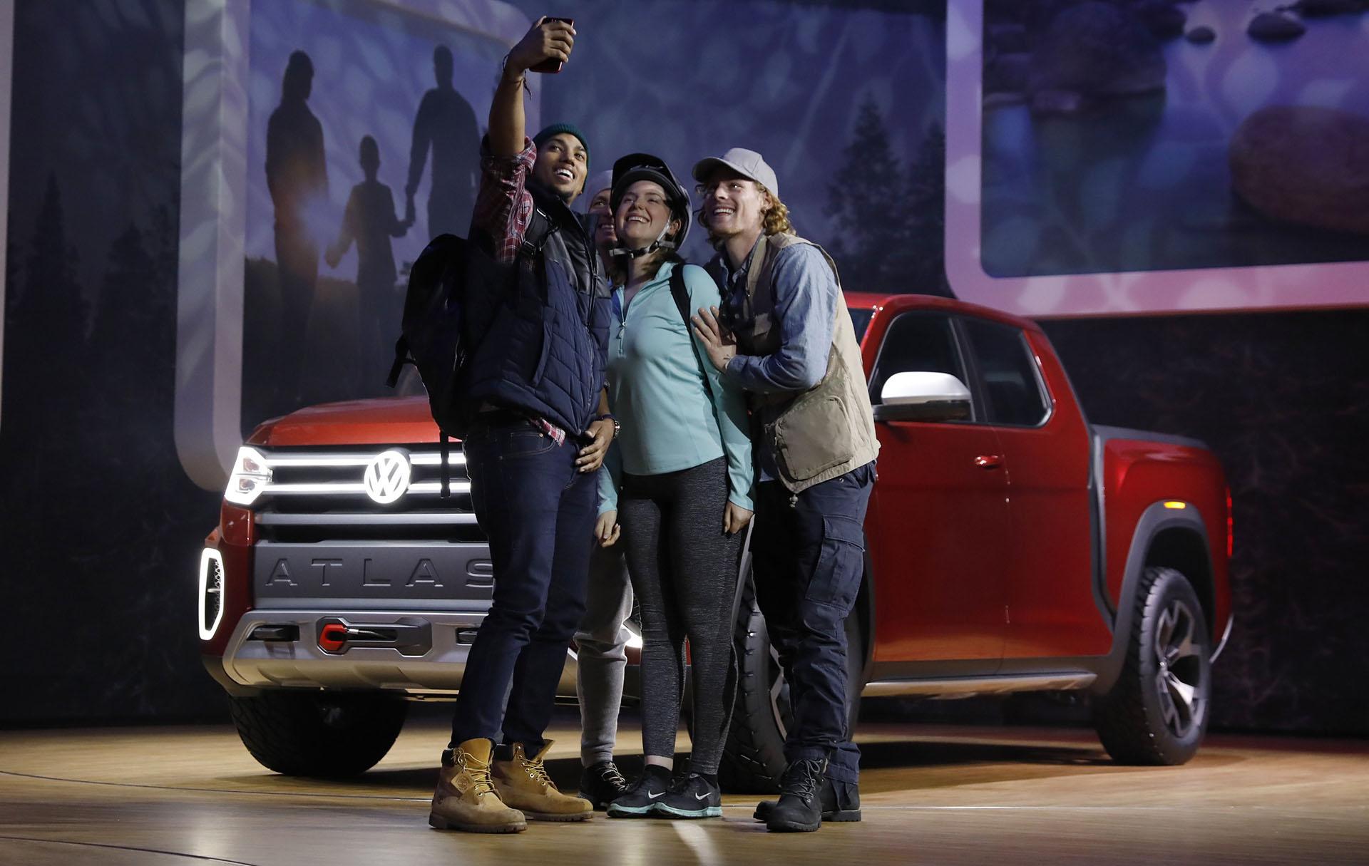 La selfie de un grupo de jóvenes con la Tanoak de fondo, una pick up que no será global ni tradicional como la Amarok, según las presunciones que difundió la marca. El modelo reviste la misma filosofía del Atlas aunque con una imagen más off-road