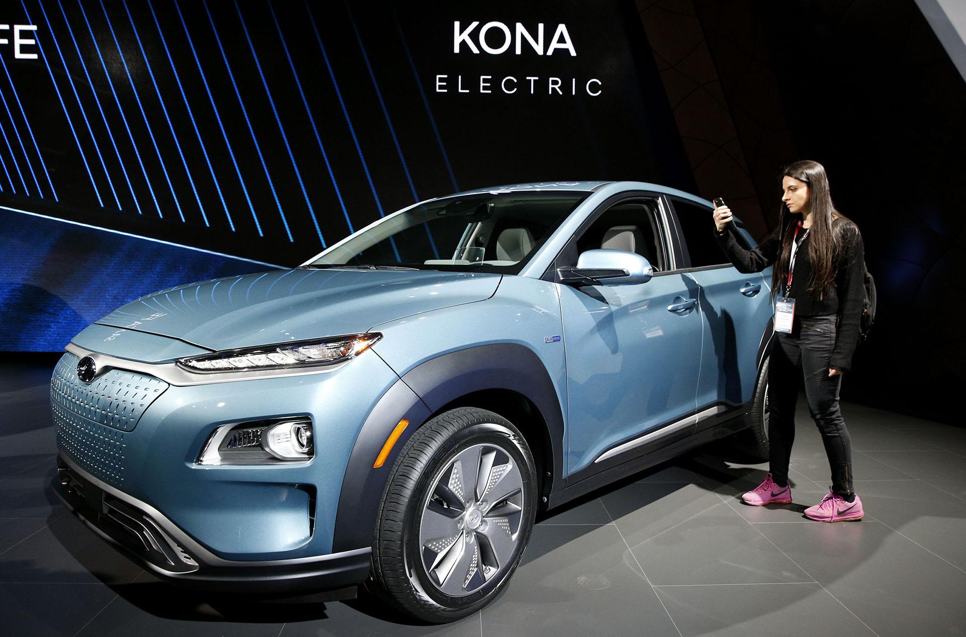 El Kona EV se presentó por primera vez en el Salón de Ginebra. Ahora Hyundai lo trasladó hacia la ciudad estadounidense para presentar sus renovaciones en el portfolio crossover. El modelo es el primer SUV compacto que propone en Europa la motorización 100% eléctrica en un segmento accesible